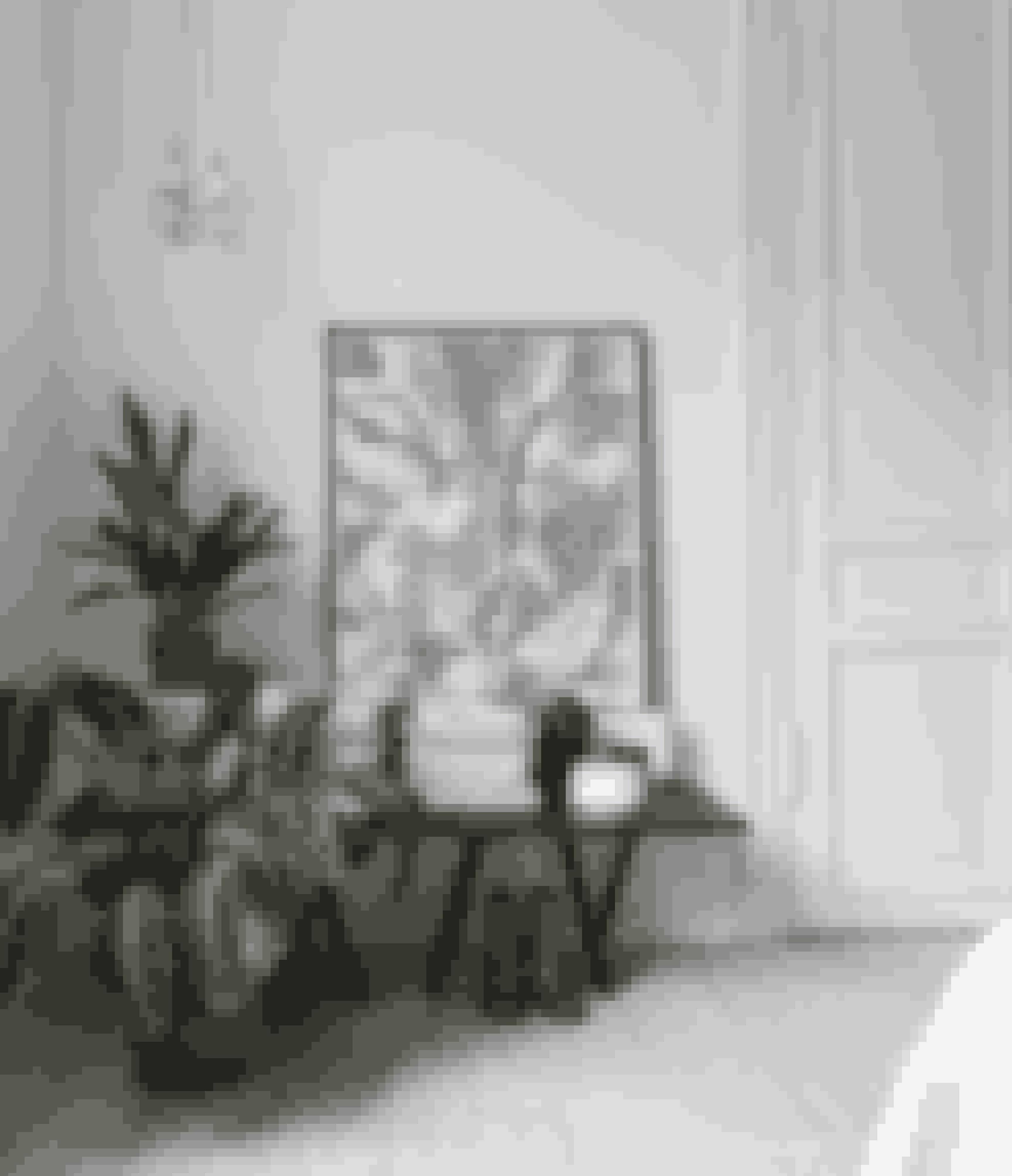 Udnyt et hjørne i soveværelset med et bord eller en bænk til magasiner, planter og småting for en praktisk og samtidig dekorativ løsning, og lad gerne en ramme indgå ved at stå direkte på bordet. Bordet er fra Hay.