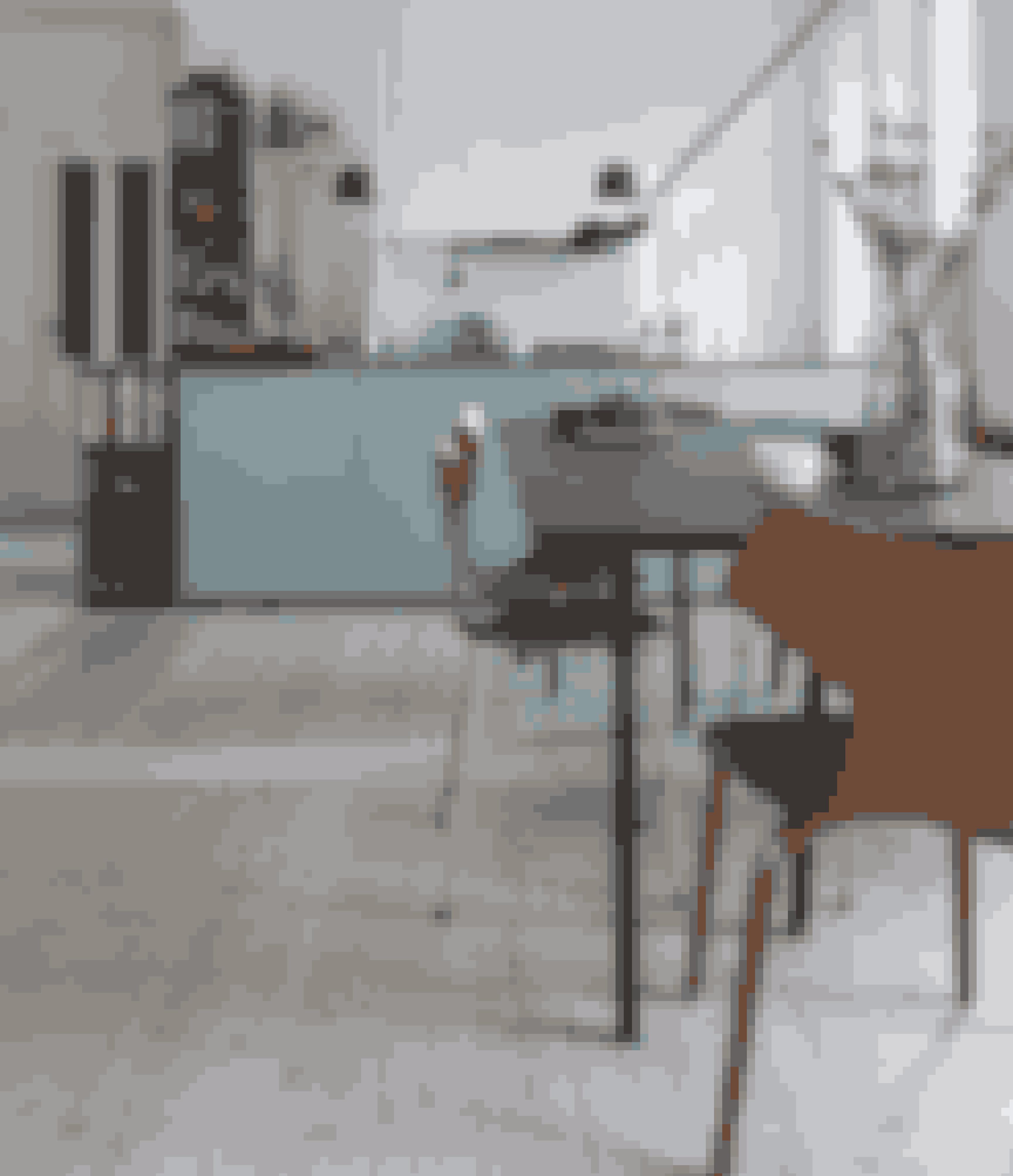 Gulvplanker på tværs og rester i loftet af de tidligere vægge afslører, at køkken-alrummet tidligere bestod af flere små rum. Det gør det nemt at bygge væggene op igen, hvis Sille får behov for det. Køkkenet er fra Individuel Køkken Design, spisebordet fra Hay og lampen fra Flos.