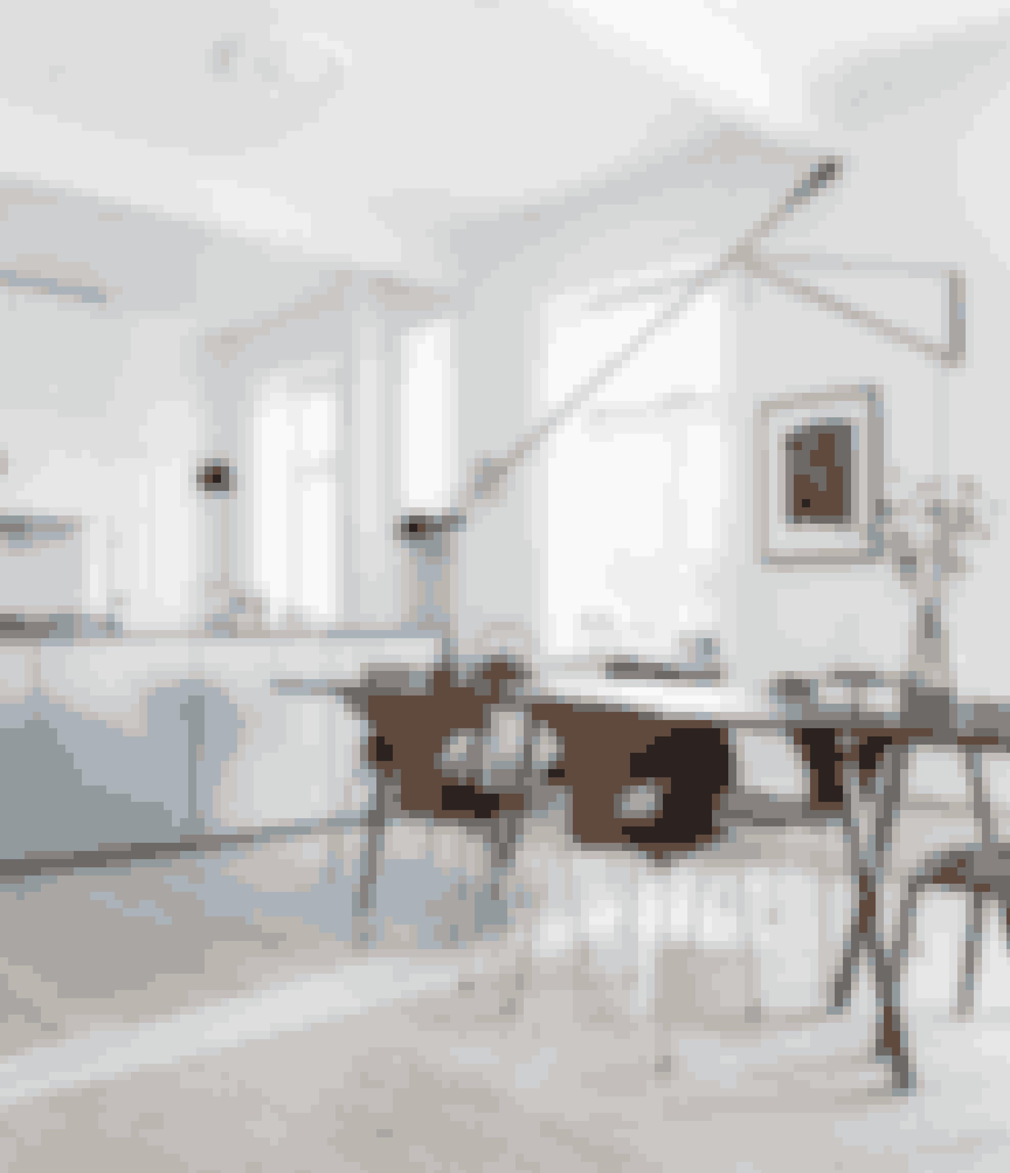 Mix forskellige stole i samme farve omkring spisebordet for en personlig stil – så kan alle vælge en, som netop de sidder godt i. Stolene er originale gamle Arne Jacobsen-skalstole i teaktræ.