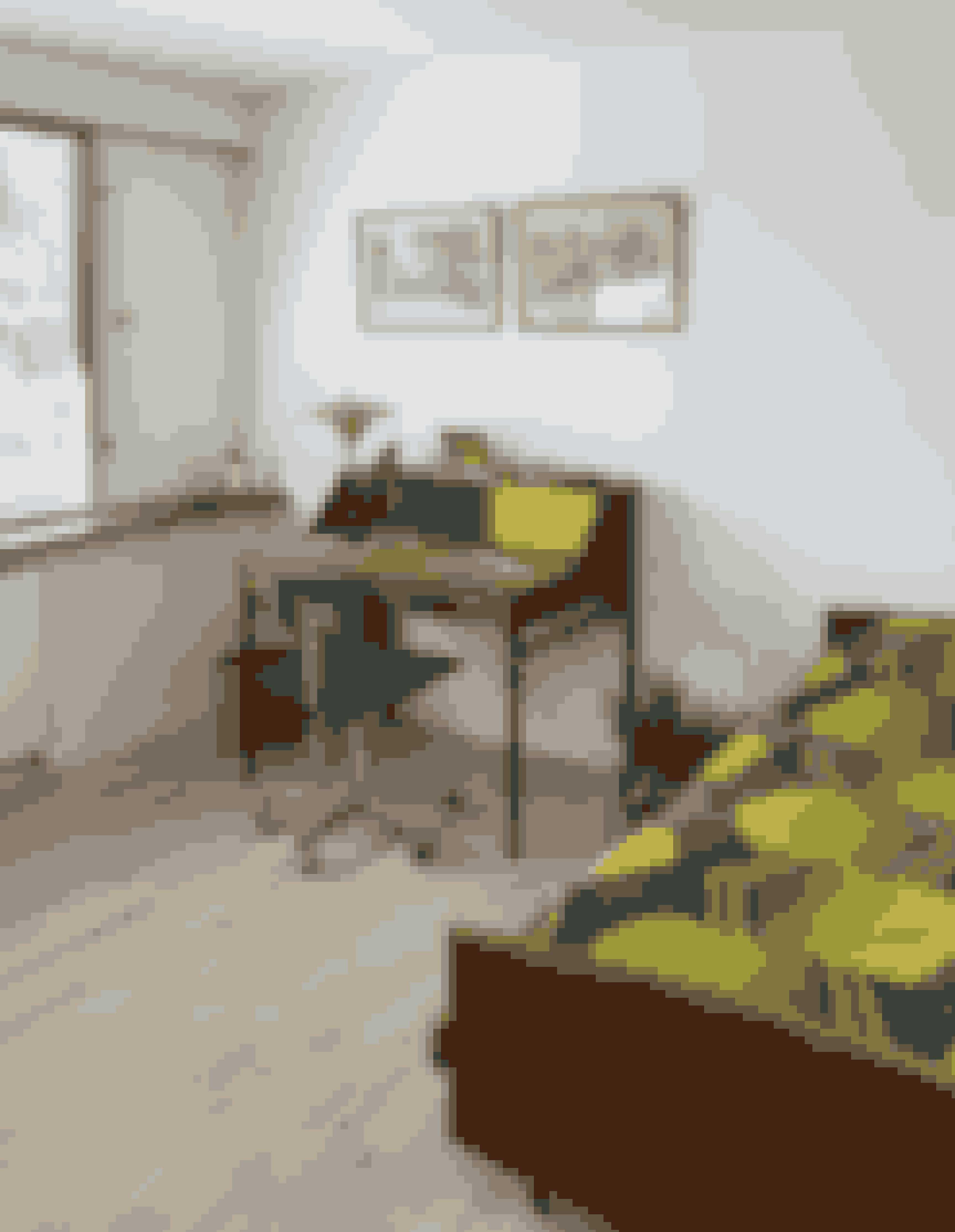 Sengene i gæsteværelset er de originale teaktræssenge. For at understrege stilen har Sasse syet et sengetæppe af sin svogers gardiner fra 1970'erne. Skrivebordet er af møbelsnedker Martin Kaufmanas. Kevi-stolen med grønt uldbetræk er et arvestykke ligesom PH-lampen i bruneret messing. Tegningerne er lavet af Nulle Øigaard og Ib Spang Olsen, som Stigs forældre har købt direkte af tegnerne tilbage i 70'erne.