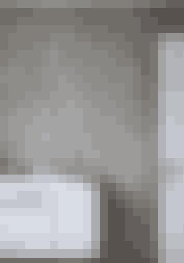Giv din væg et anderledes udtryk fx ved at male det med en maling, der har en effekt. Parret har valgt en varm grå nuance fra Jotun Lady Pure Color, der står smukt til det lyse rum.
