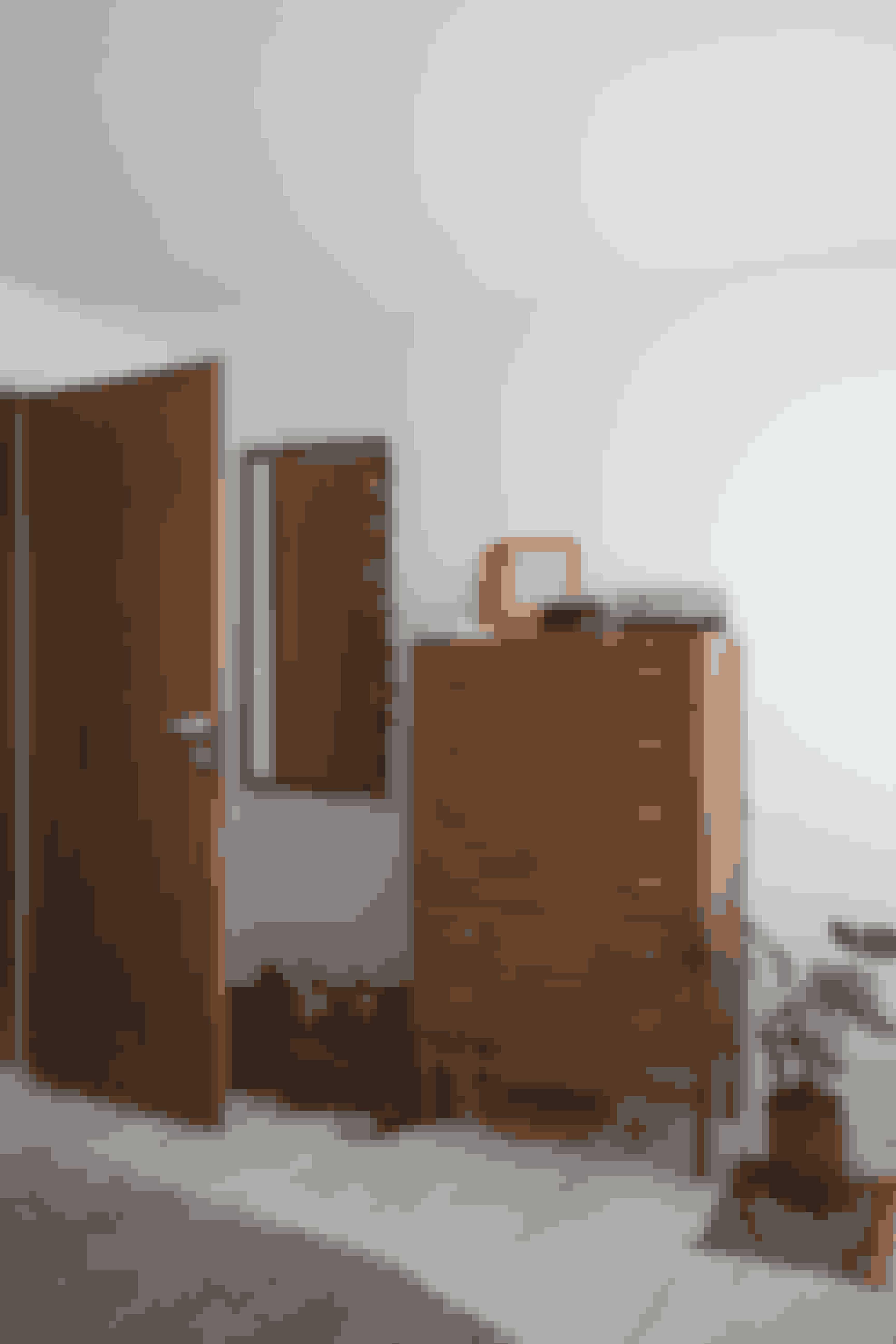 Teakkommoden er designet af Børge Mogensen og har stået på Sasses værelse, siden hun var tre år. Spejle skaber stemning med deres retrodesign, ligesom de med lysrefleksioner får rummet til at virke større.