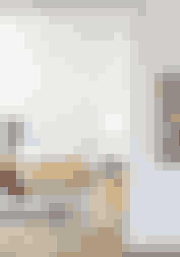 Gå efter markante, farvede møbler, hvis din stue skal skille sig ud, og miks materialer som glas, stof og læder med pakistanske tæpper. De karrygule Togo-sofaer er designet af Michel Ducaroy for Ligne Roset. Stolen i aluminium og læder af Verner Panton og ligesom den blå sofa fundet hos Lauritz.com.