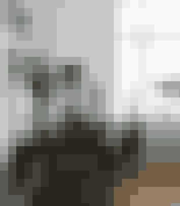 Et gammelt bord med svungne former danner sammen med en stol i moderne design et fint lille arbejdshjørne. Elsa Adams' kæreste eje ses i vindueskarmen. Det er en buste, som hendes morfar har lavet, og som forestiller hendes mormor. Lampen er fra Kartell, stolen Dråben af Arne Jacobsen er fra Fritz Hansen, mens vasen med gran er fra Holmegaard.