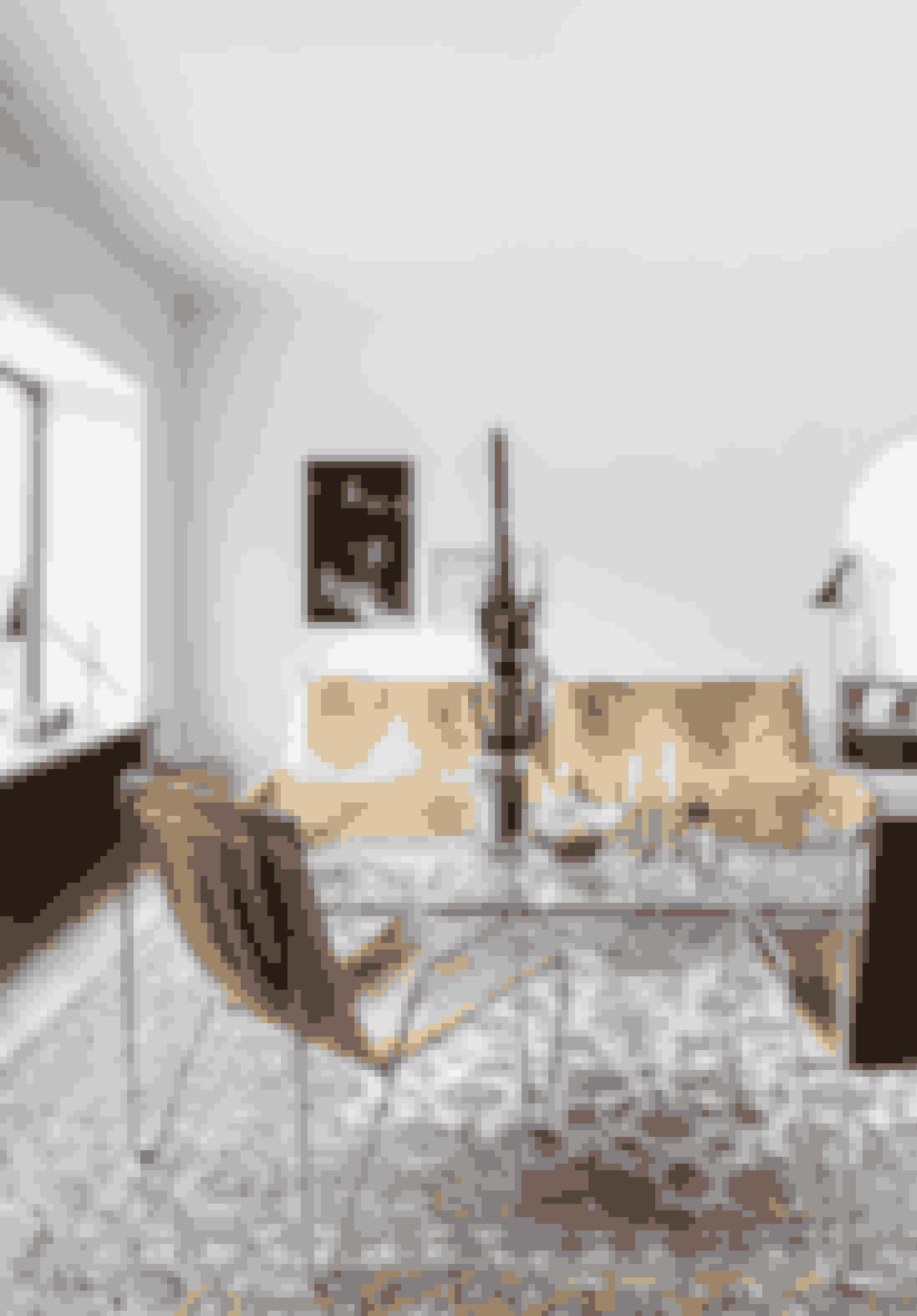 Et stort vinduesparti fri for gardiner giver plads til atypiske møbler og arkitekturens rene linjer.