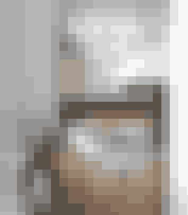 Et kig ind i soveværelset, hvor et zebraskind luner på gulvet, mens fem runde spejle liver op på den hvide væg. De er fra Christine Callsen Interieur.