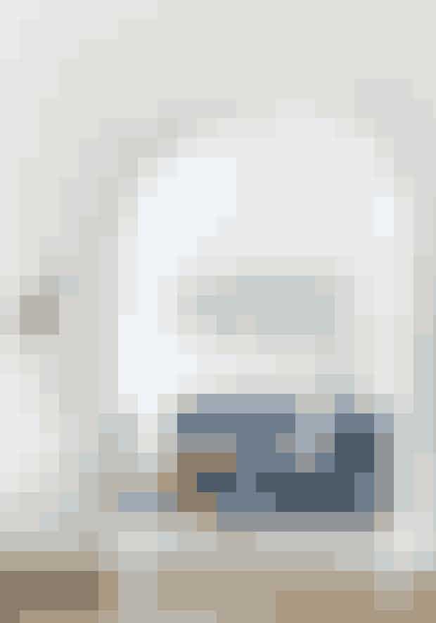Runde former gør indretningen blød, selvom farverne er kraftige. Veloursofaen er fundet på Lauritz.com. De tre billeder med sommerfugle er lavet af kunstner Peter Holst Henckel. Zebratrommen og standerlampen bagerst er købt brugt.