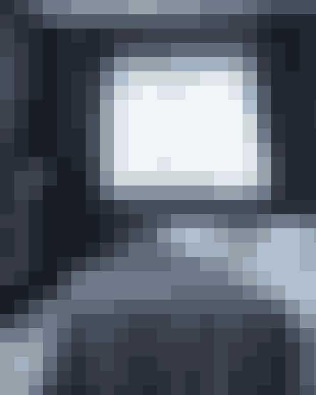 Vær ikke bange for de helt mørke vægfarver i soveværelset. De indbyder til ro og gør, at væggene omslutter sengen. Understreg hulestemningen ved at rede skødesløst op. Vitrinen er fundet på Lauritz.com, og gardinerne er fra Brandsborg.