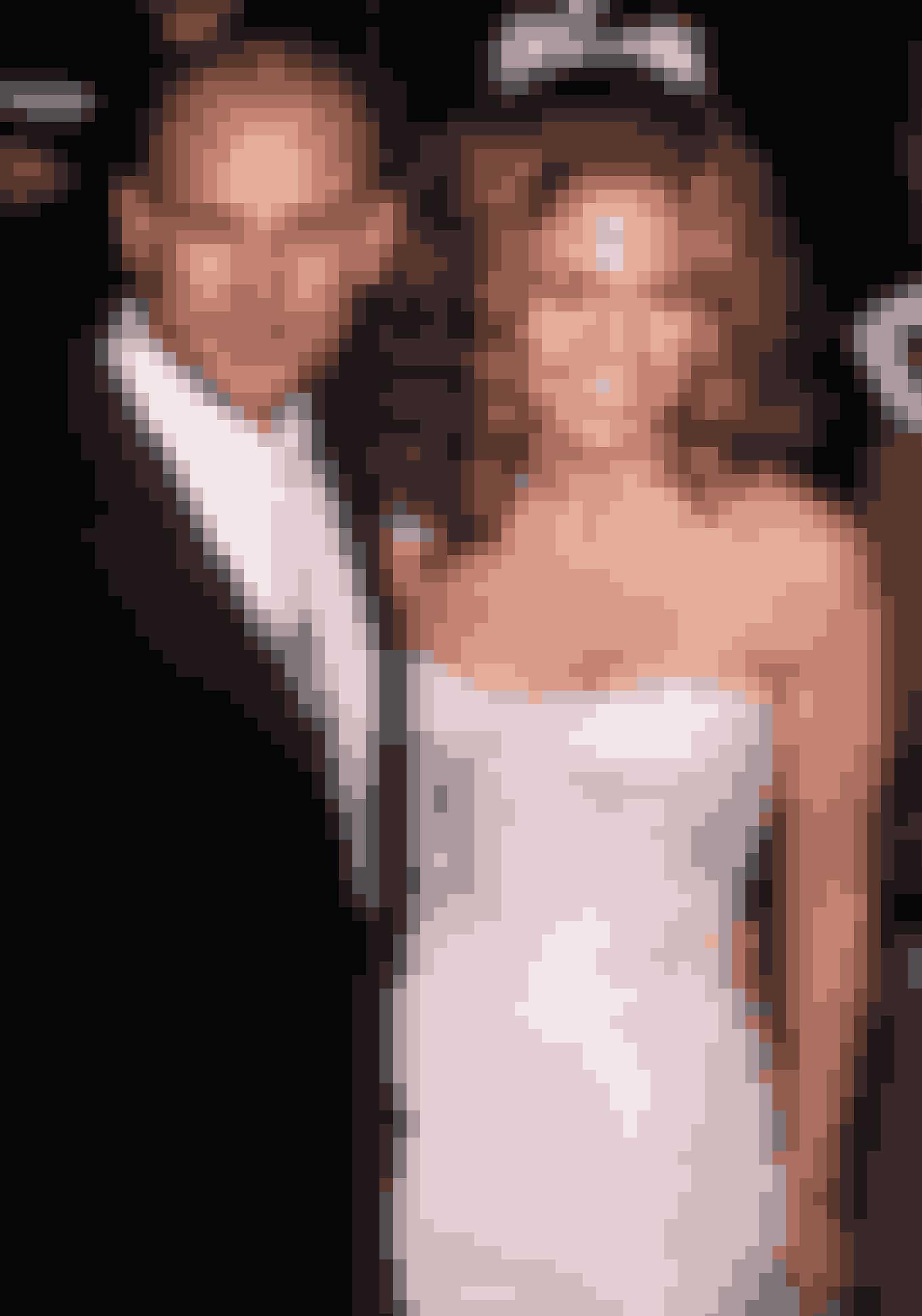 Jennifer Lopez har i en alder af 48 år allerede været gift tre gange – og forlovet en gang mere. Det længste ægteskab, hun har bag sig, er med sangeren Mark Anthony, som også er far til tvillingerne Max og Esme, mens hvedebrødsdagene med danseren Cris Judd blev noget lunkne efter kun fire måneder, hvorefter parret dansede videre ud i verden i hver deres retning.