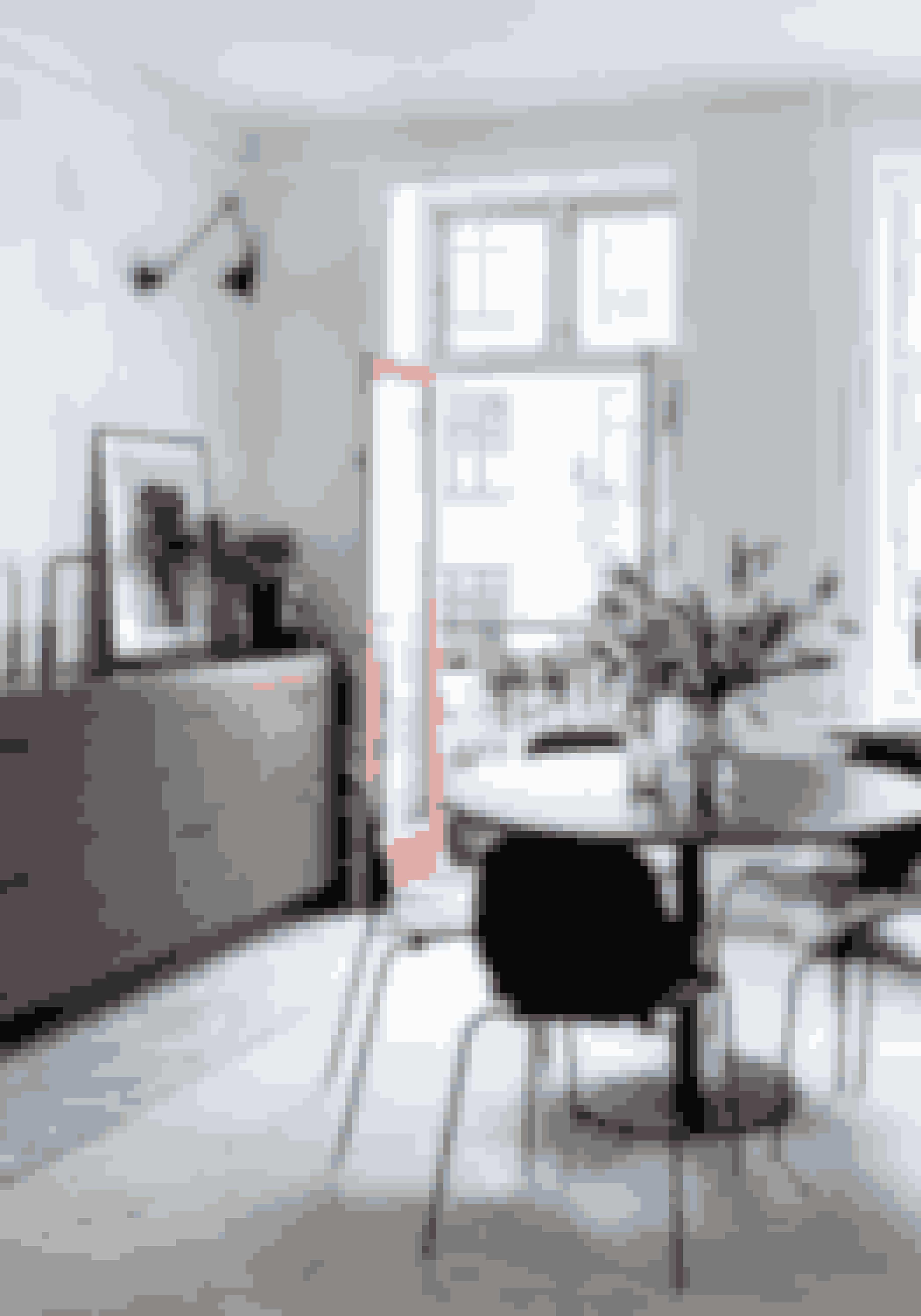 Her bor:Christine Oesterlein og Martin Berg, begge arbejder i ejendomsbranchen, og deres lille søn Alexander.Bolig:111 m² ejerlejlighed med altan på indre Østerbro i København.Stil:Skandinavisk minimalisme med fokus på naturlige materialer.