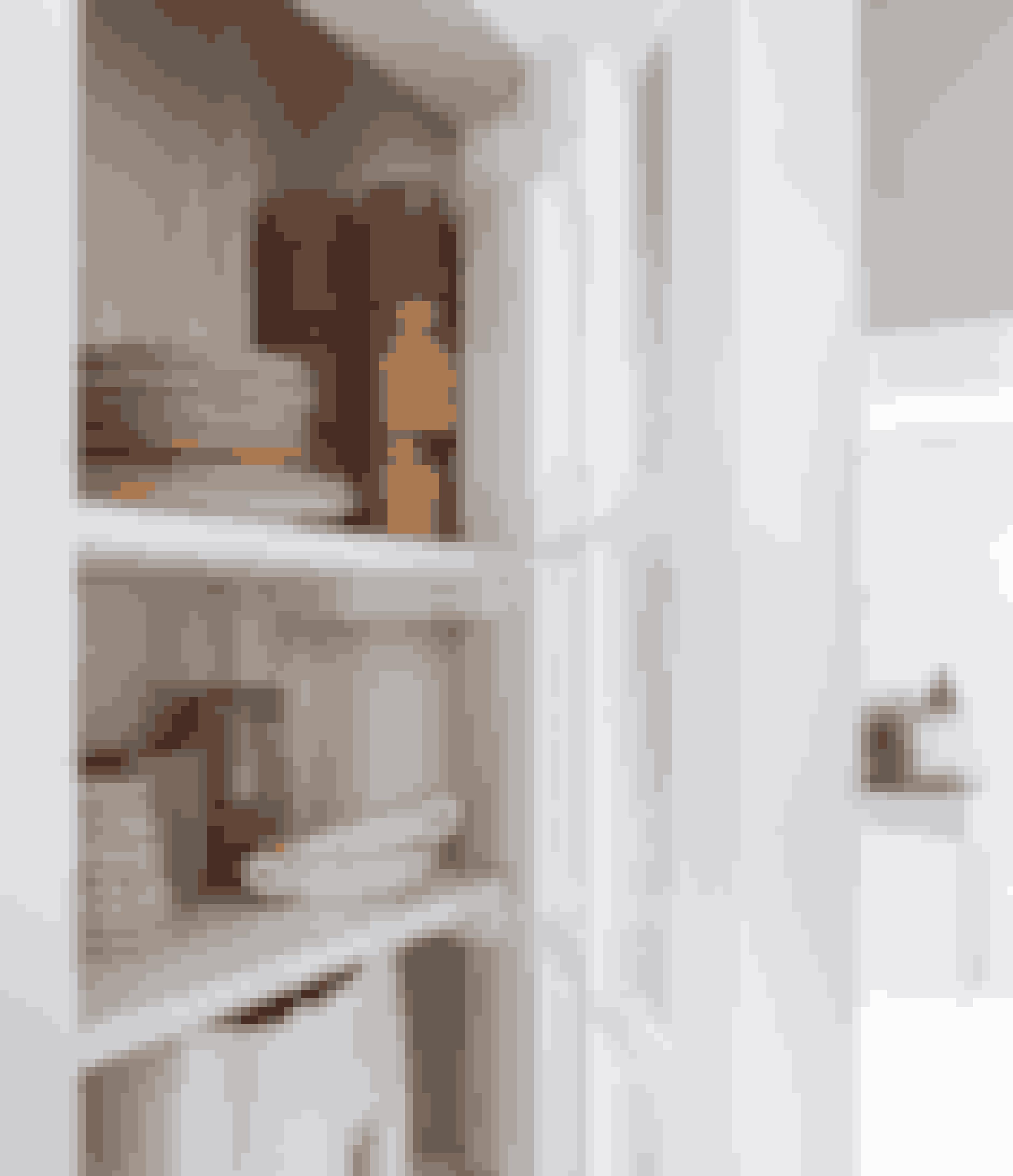 Med et vitrineskab eller åbne hylder kan du vise dine ting frem, men stadig holde dem samlet, så det ikke virker rodet.