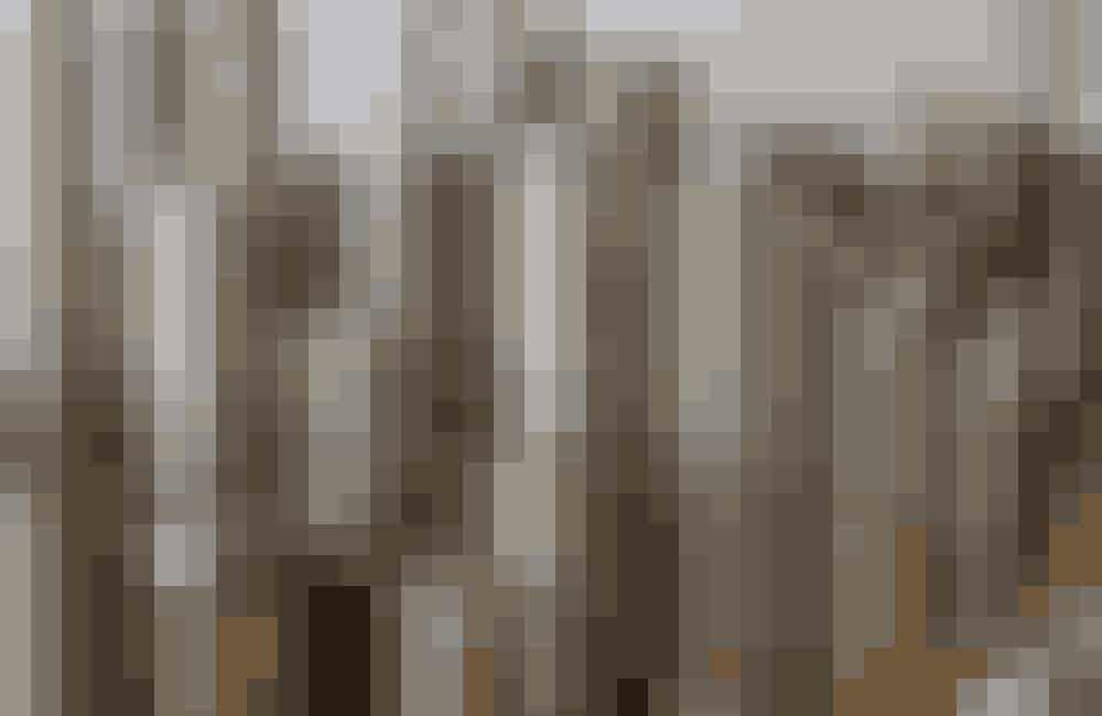 Valsene med hver lampeskærms præcise mønster sættes i en prægningsmaskine, som præger akrylplasten, før foldepigerne får papiret ind til sig. I gamle dage kostede valserne, der er lavet af bronze, cirka 100.000 kr. stykket. I dag koster de cirka en tredjedel.