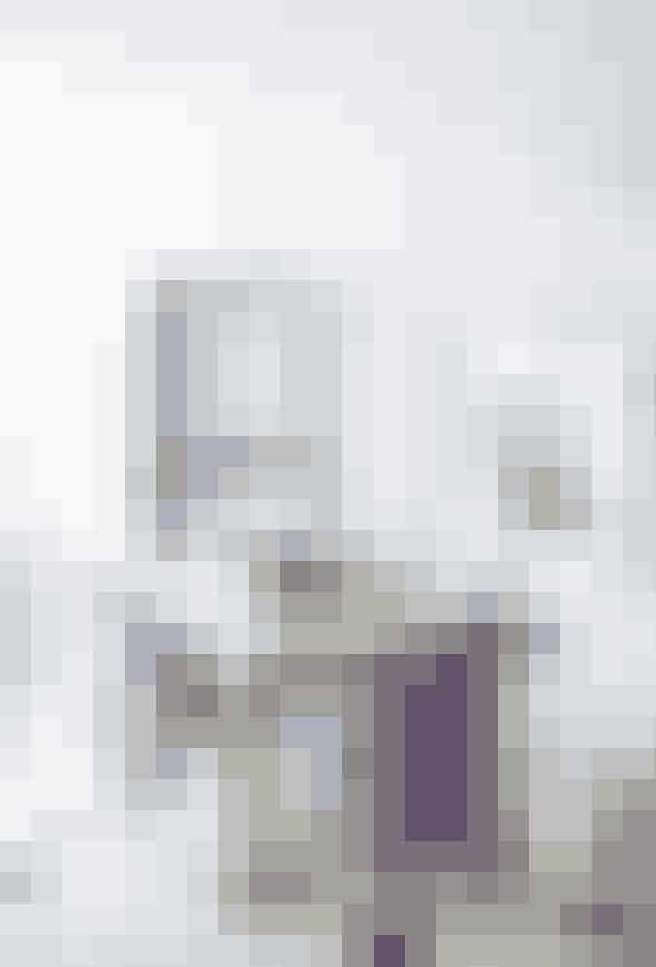 Det kræver lidt mere, men et flisegulv kan gøre alverden til forskel. Bland som her lyse gulvklinker i marmor med enkelte sorte. Det er sydfransk sommerhus på den helt enkle måde. Det tunge og rustikke egetræsbord med lilla Tolix-stole om er fra St. Paul. Lampen i loftet er en håndblæst druelampe fra Tade, mens vitrineskabet er fra Finnegan & Me.