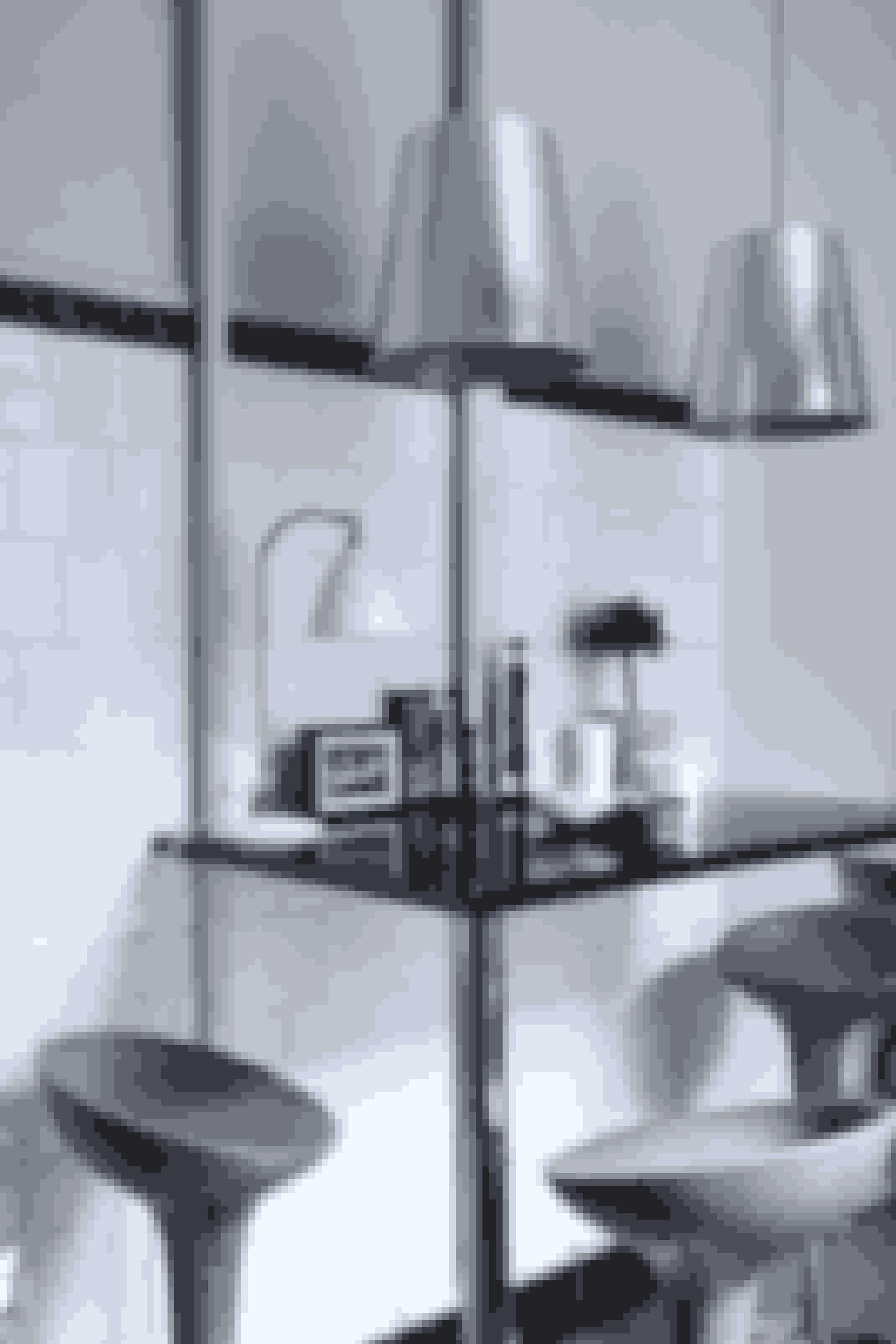 Sæt hvide fliser op forskudt og afslut med en mørk bort. Tilsæt et højt bord, barstole og rå lamper – det giver en helt særlig blanding af slagterbutik og fransk café. Bordpladen her er hjemmelavet af sortlakerede mdf-plader og stålben fra Ikea.
