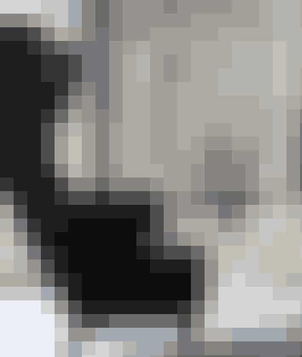 Fyld et lille rundt sidebord med stager og vaser i samme materiale, sæt levende lys og frøstande i dem, og du får hyggestemning i din stue i en fart. Lænestolen er designet af Tom Dixon og forhandles i Interstudio, det lille bord, stagerne og vaserne er fra Little Luxury Home, mens billedet er af Marianne Remmer Christoffersen.