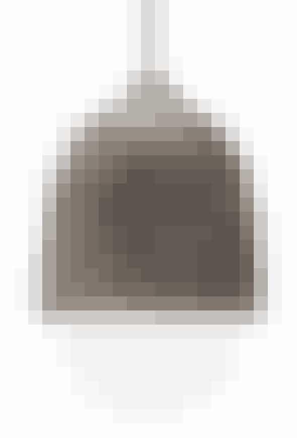 Terholampedesignet af Maija Pouskari fra Finland. Terho betyder agern på finsk.I elletræ og opalhvidt mundblæst glas. H 21,5 cm, 1.995 kr. (Mater).