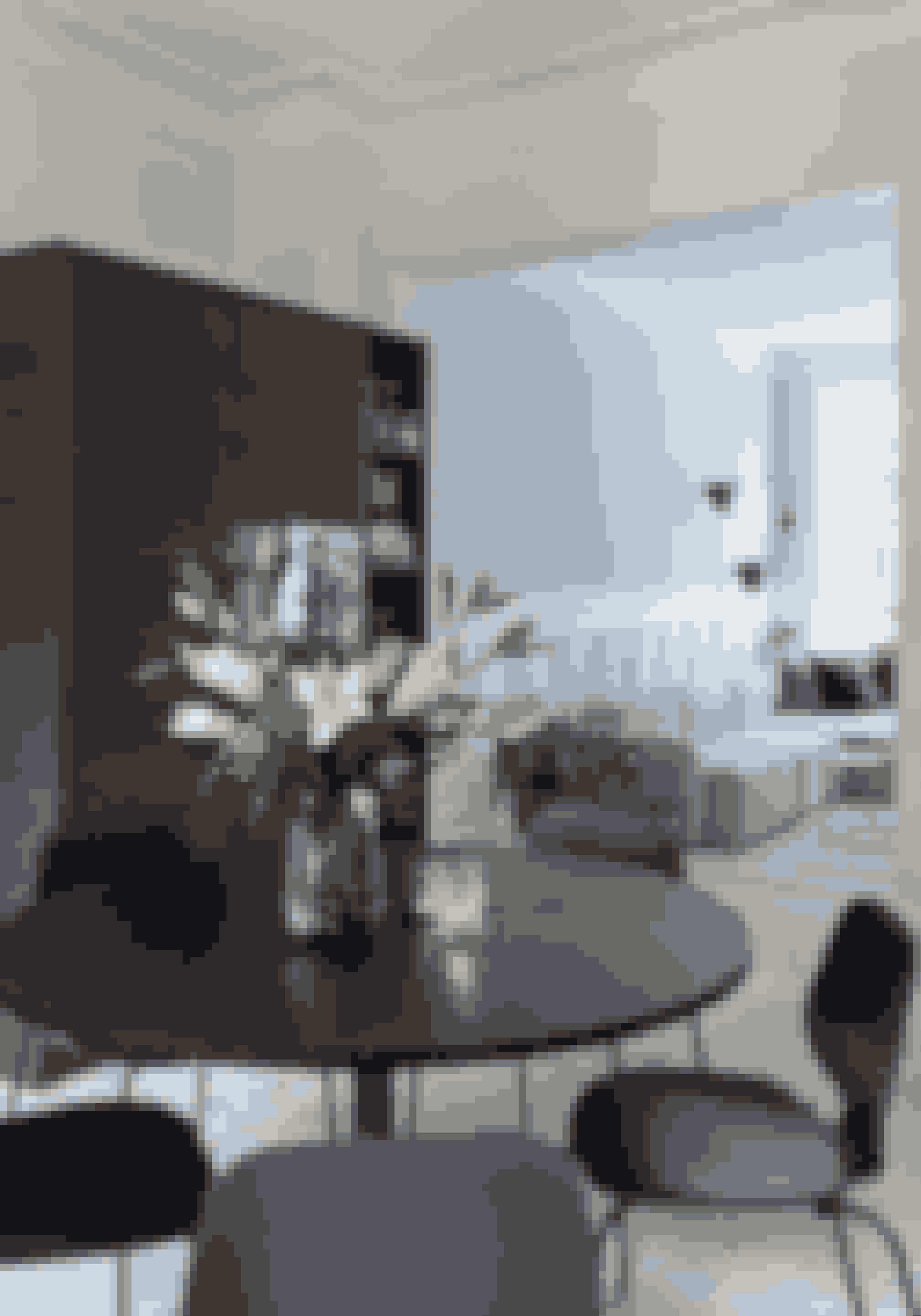 Et rundt bord tager mindre plads og bløder ofte et rum op. Det kan derfor være smart, hvis spisepladsen er i køkkenet, og I kan nemt sætte ekstra stole til, når der kommer gæster. Bordpladen er fra Hay sat ovenpå en fod lavet hos Rackbuddy. Spisebordstolene er fra Normann Copenhagen.
