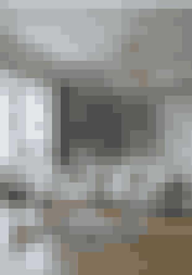 Brug farver på detaljer som tæpper, puder og malerier for at få lidt personligt spræl ind i en ellers stringent bolig. Lænestolen og gardinerne er fra Designers Guild, og bordet er fra Via Cph. Standerlampen er en Bestlite-lampe fra Gubi, og gulvtæppet er fra Missoni.