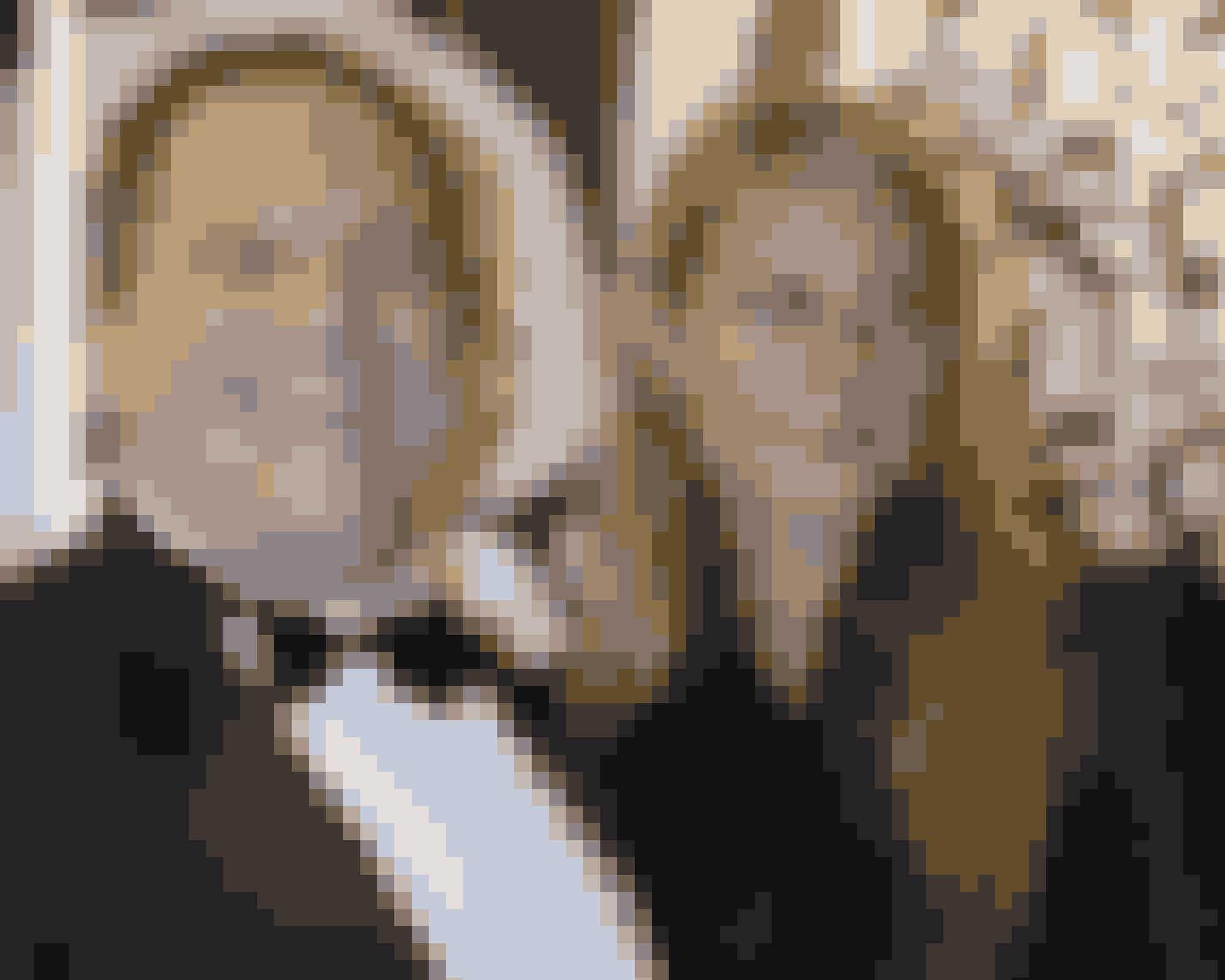 1. #metooEt jordskred. En lavine. Et øjeblik, der forvandler historien. Kvinderne, heriblandt skuespillerne Rose McGowan, Ashley Judd og Roseanna Arquette, fik skeletterne til at vælte ud af skabene, da de efter og årtiers fortielser og trusler fandt mod til at åbne munden og afsløre Harvey Weinsteins systematiske sexchikane, overgreb og magtmisbrug. Og Hollywood-superproduceren var ikke den eneste, der faldt med et brag. Andre magtmænd i filmbyen er også blevet udstillet og udstødt, og der er ikke noget, der tyder på, at bevægelsen har hverken toppet eller nærmer sig sin afslutning. Skuespilleren Alyssa Milano var kvinden, der lancerede hashtagget 'metoo', som åbenbarede, at sexchikane langtfra kun er et fænomen i skuespilkredse i USA, men findes overalt på kloden og i alle brancher.