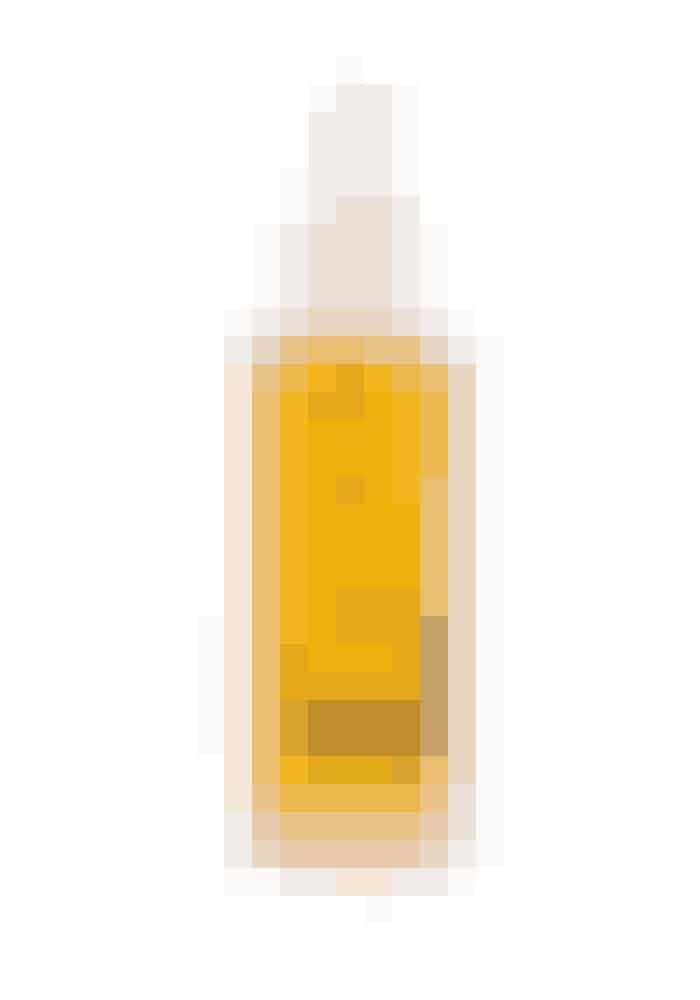 Naturlig olieEt serum eller en olie er som en under-trøje og giver beskyttelse mod vinterkulden. Radiance Face Oil er en 100 pct. naturlig olie, der fugter og blødgør huden med ingredienser fra beroligende kamille, bezoin- harpiks og helende røllike.Balance Me, 30 ml, 310 kr.Fås online HER