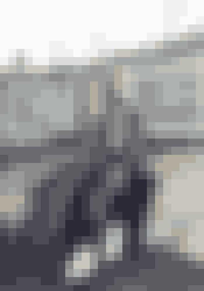 Skjorte Stella McCartney, 6.149 kr.Bukser Pas de Calais hos River and Raven, 2.290 kr.Sneakers Skall Studio x Good Guys, 740 kr.Ring Carré, 3.500 kr.