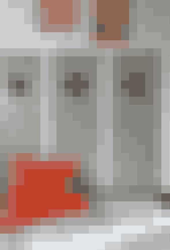 Hvem siger, skabsdøre behøver at være kedelige? Her gråmalede koøje-døre i soveværelset som et lille hint til herren i huset, der elsker det maritime. Gulvtæppet er fra Ikea og sækkepuden fra Fatboy. Bemærk den orange farve, der går igen i fx stuen.