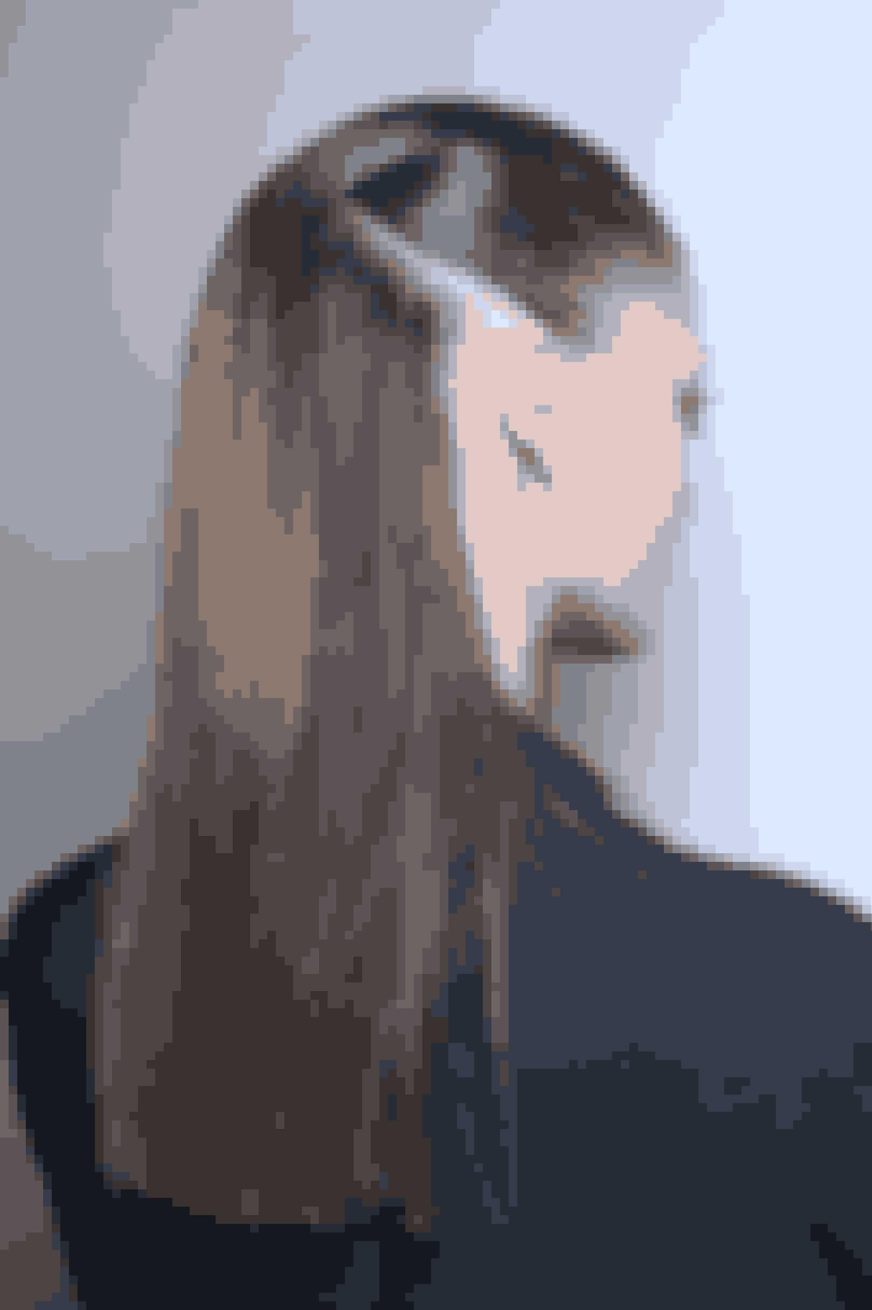 Få fyldigere hår og dæk din udgroningEr der lidt tid til, at du skal have dækket dine grå hår eller din udgroning hos frisøren – så brug en øjenskygge. Har du en naturlig øjenskygge uden glimmer i, kan du blot pensle dine hårrødder med farven og på den måde dække udgroningen og få håret til at syne fyldigere.