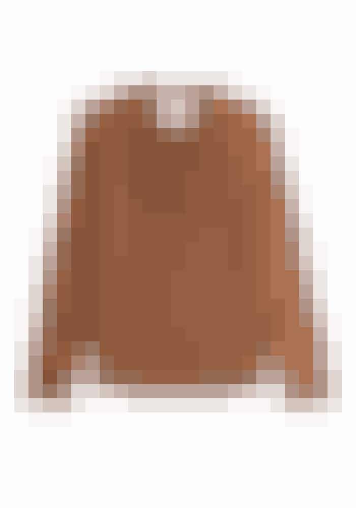 Jeg synes disse højhalsede bluser er så smukke og meget feminine. Denne mørke camel-farve er super fed til jeans eller hvide bukser og en denimjakke.Bluse, Silk Sabadel Blouse, Max Mara, 2.298 kr.Fås online HER