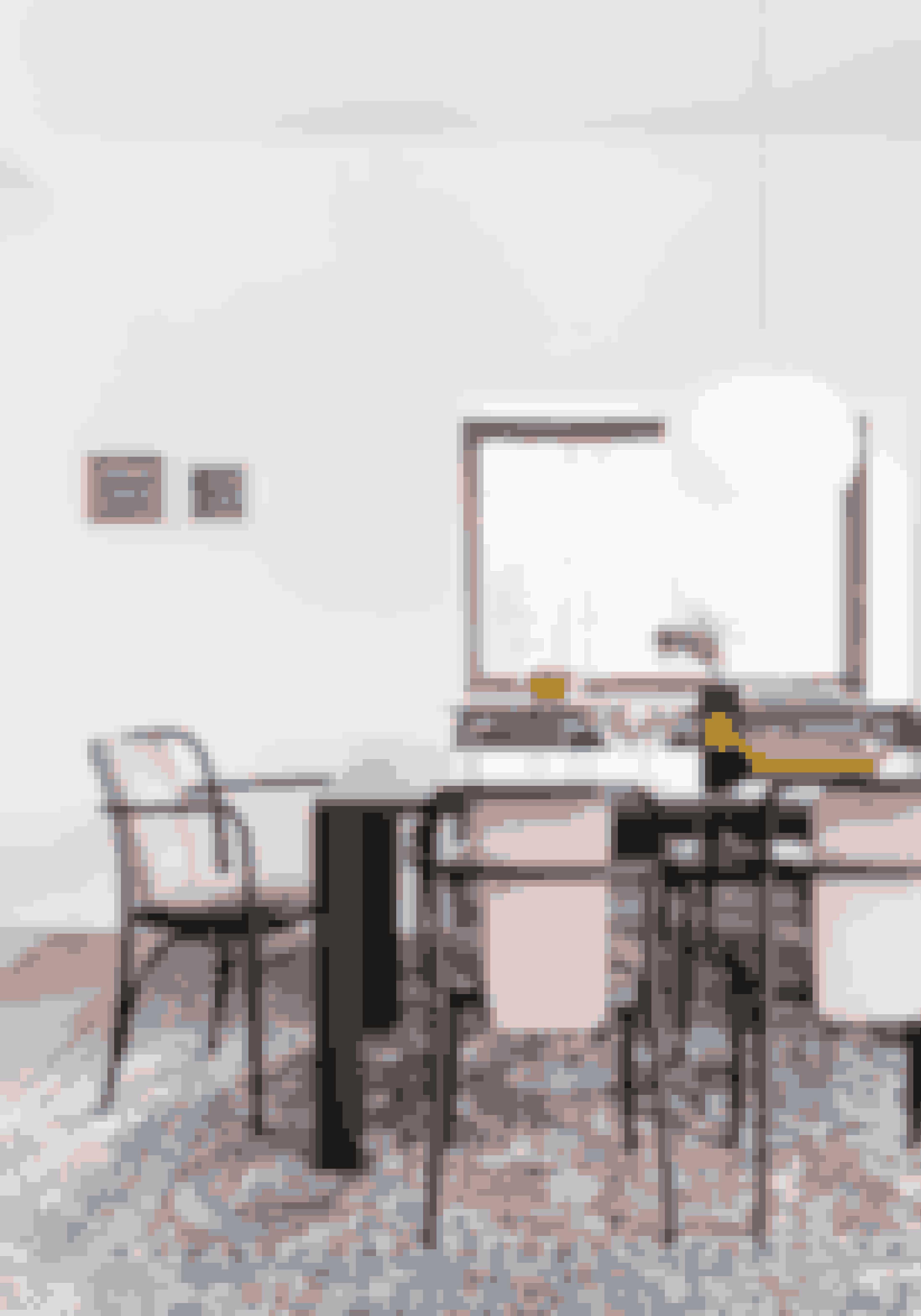 Indret med et stort gulvtæppe til at indramme spisebord og stole. Det gør pladsen hyggelig, så man gider sidde længe. Stolene med rosa tekstil er fra Thonet, spisebordet designet af Maurizio Peregalli er fra Casashop, og tæppet er arvet. Pendlen er fra Flos.