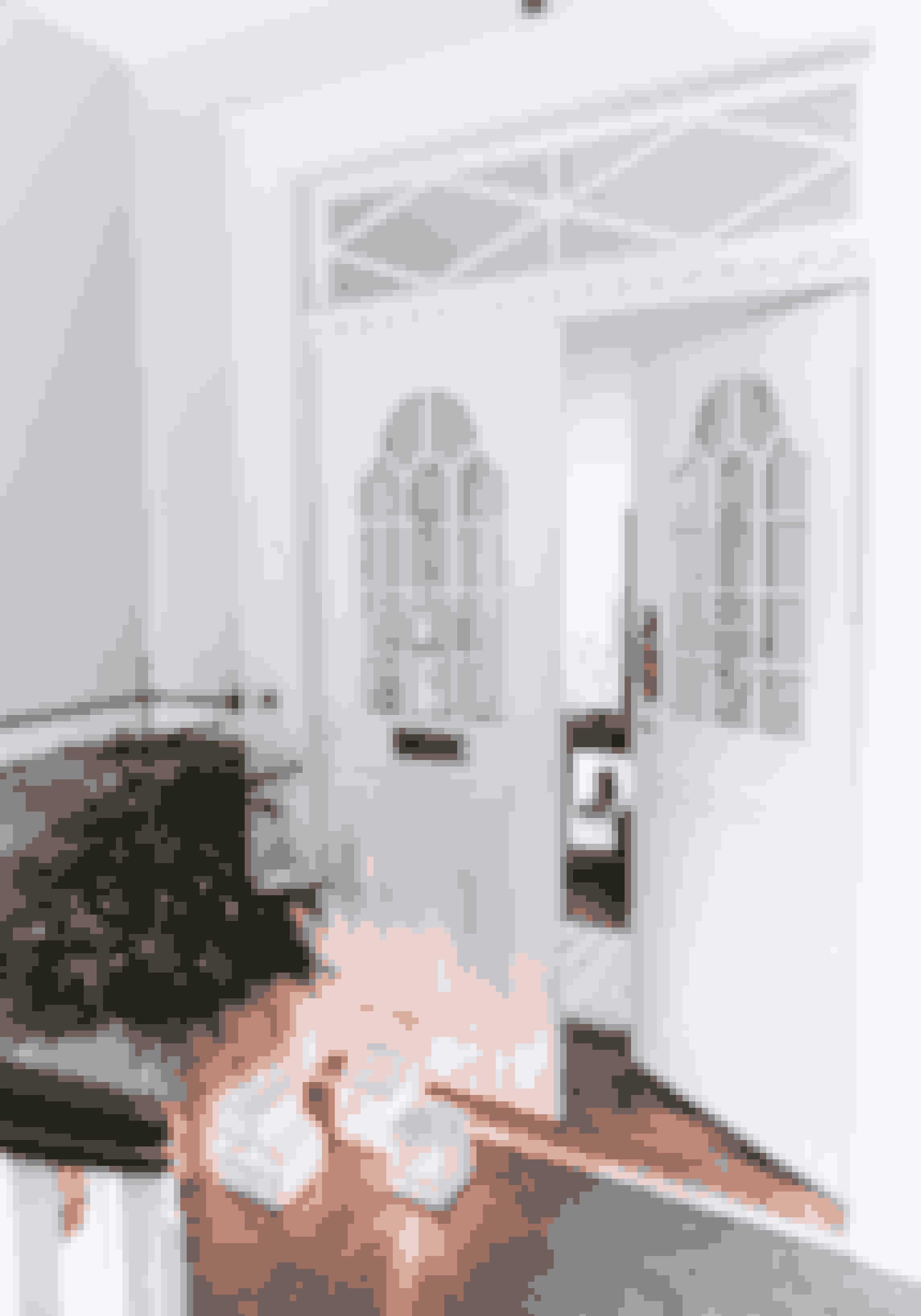 Hvem:Anitta Antonsen og Mikkel Nielsen.Her:Herskabslejlighed på 160 m².Bolig:Stram monokrom indretning med et strejf af Marokko.Julestemning på utraditionel vis