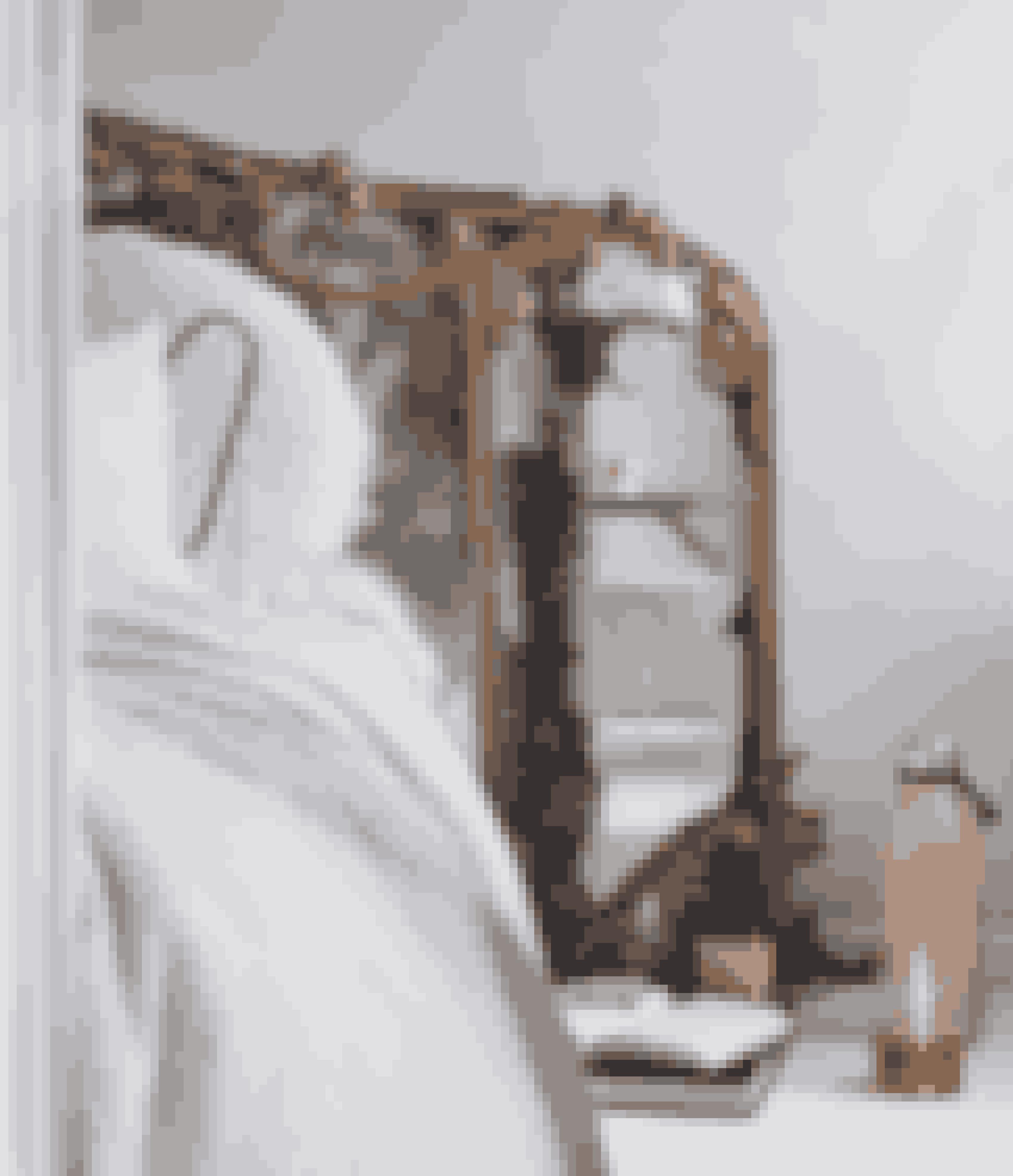 Det er en sjov idé at bruge et stort spejl som sengegærde – her et gammelt antikt spejl med masser af historie.
