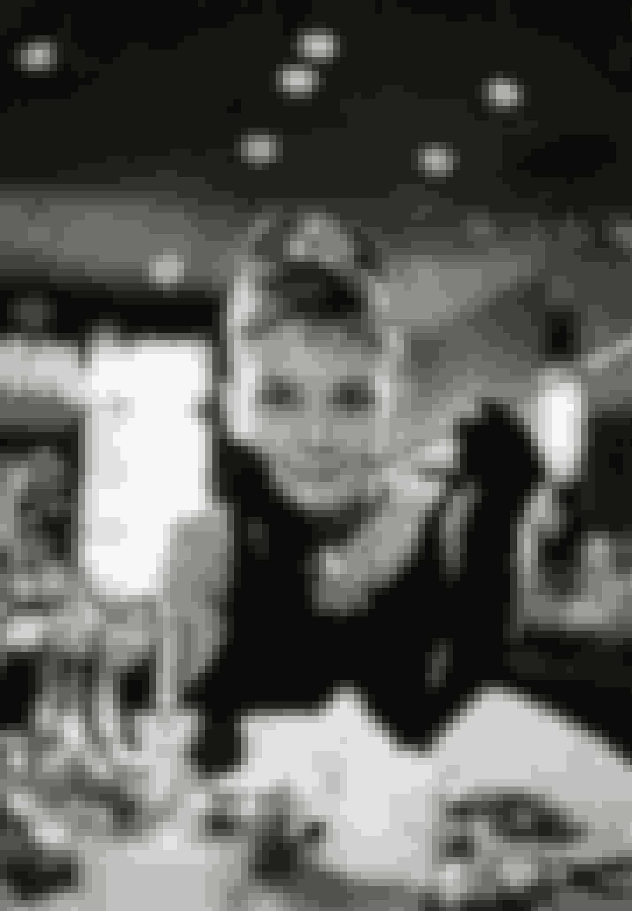 Breakfast at Tiffany's (1961)Det var egentlig Marilyn Monroe der først fik den ikoniske rolle som Holly Golightly. Men da rollen senere gik til Audrey Hepburn, gjorde hun den til sin egen og tilføjede karakteren hendes egen smag - ikke mindst med Hubert de Givenchys øje for ren elegance.