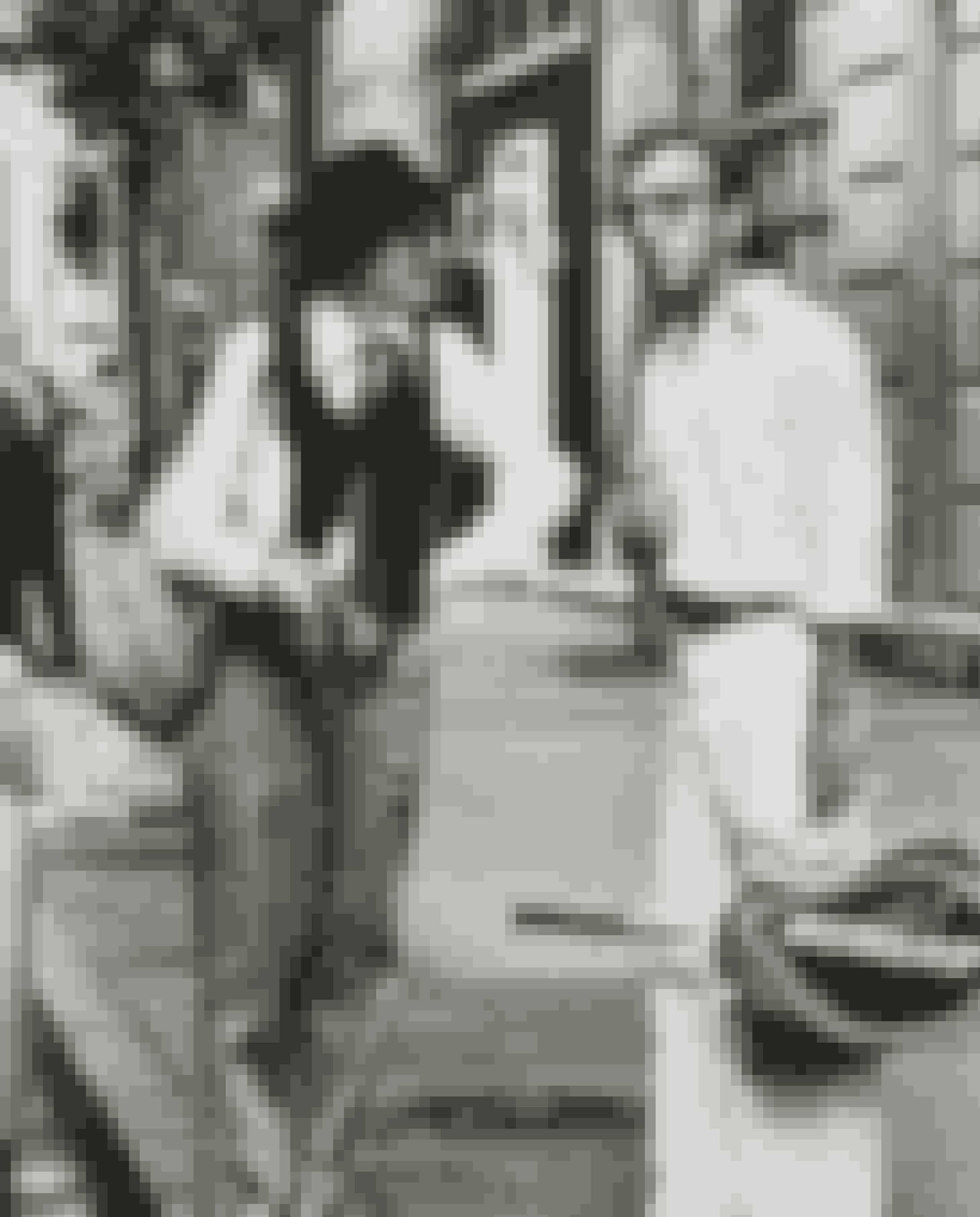 Annie Hall / Mig og Annie (1977)Woody Allens berømte film, hvor Allen selv spiller en af hovedrollerne, som forelsker sig i en ung kvinde, spillet af Diane Keaton. Filmen er særligt kendt for Keatons lækre androgyne outfits.