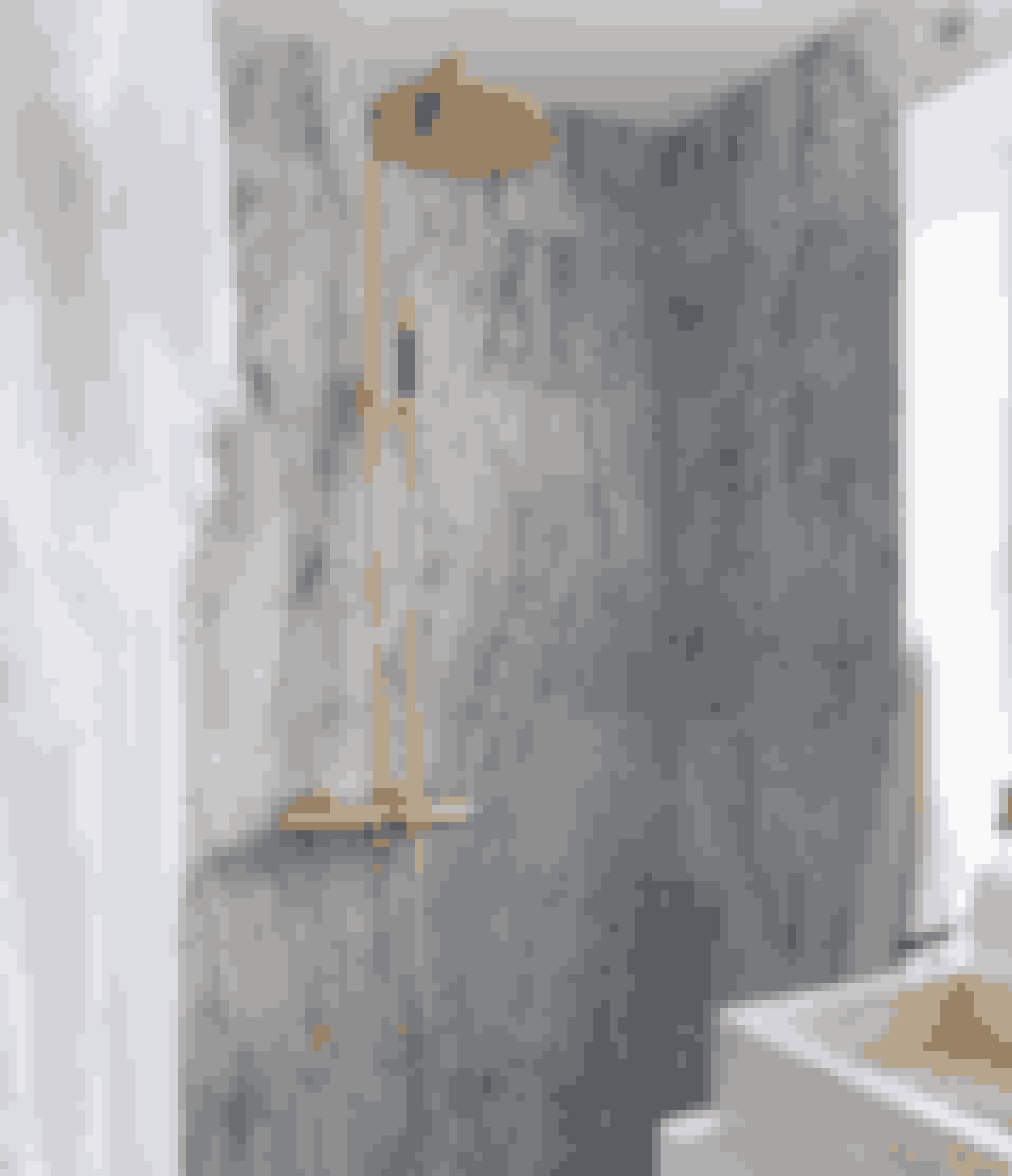 Har du et gammelt badeværelse, kan en bruser og vandhane i messing forvandle det fra bedaget marmorhule til toptrendy spa. Marmorfliser og bruser er fra Flisekompagniet.