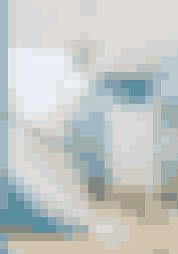 Fremhæv et rums linjer med farve. Den blå væg giver en poetisk stemning til et ellers bart trappeområde.