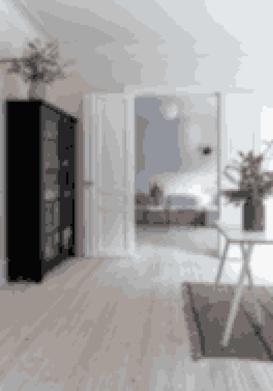 Et helt lyst hjem kan godt blive for ferskt. Husk kontraster ved fx at indrette med et enkelt mørkt møbel. De åbne døre giver luft og understreger lejlighedens arkitektur. Skabet er fra The Travelling Band.