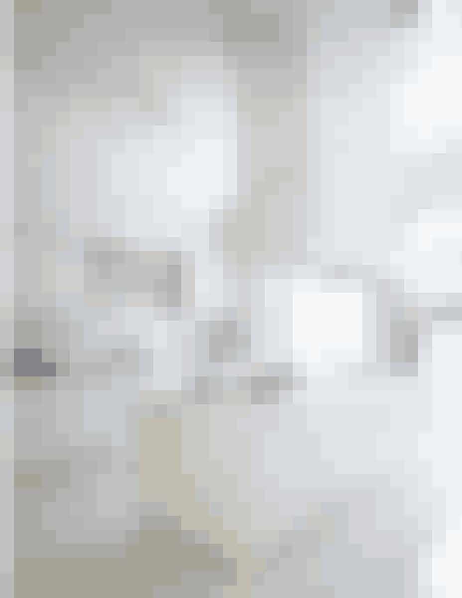 Køkkenet domineres af store flader i hvid marmor, som på en gang er 'stærkt og sensuelt'.