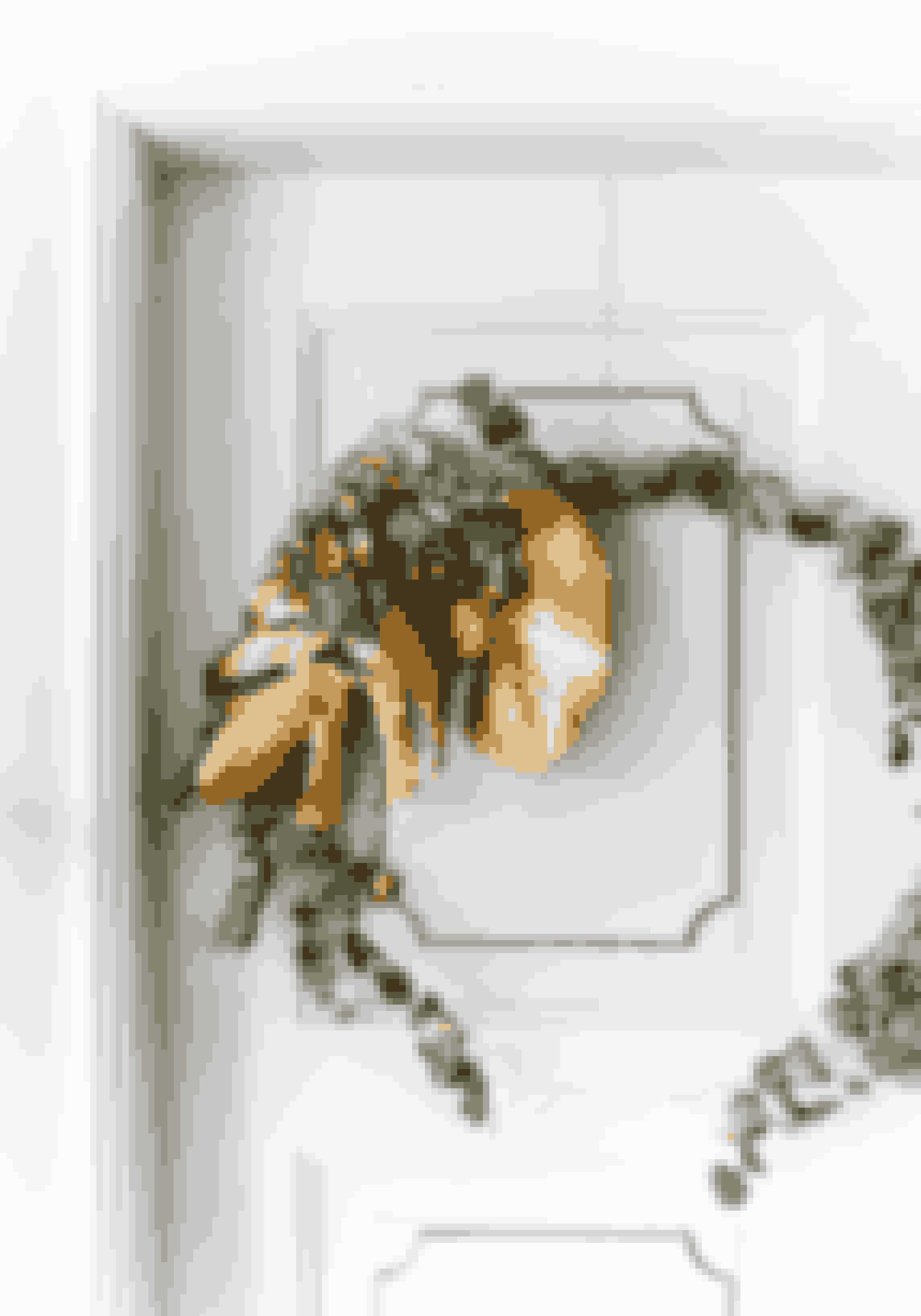 Dørkranse er ikke kun til fordøren. Gør som Anitta Antonsen og form ståltråd til en stor ring og vikkel grene og blade her om. Prikken og i'et skabes med de store smukke monsterablade, som Anitta har valgt at spraymale guld.