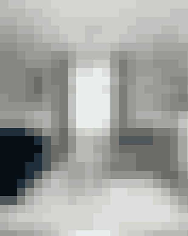 Skab hulestemning ved at indramme vinduet med lange gardiner og indrette dig med bløde tekstiler og polsterede møbler. Sofaen er fra Ilva, sofabordet i beton fra 101 Copenhagen, stolen fra By Lassen, pendlerne fra Nuura og vægkunsten fra Wulf Winding.