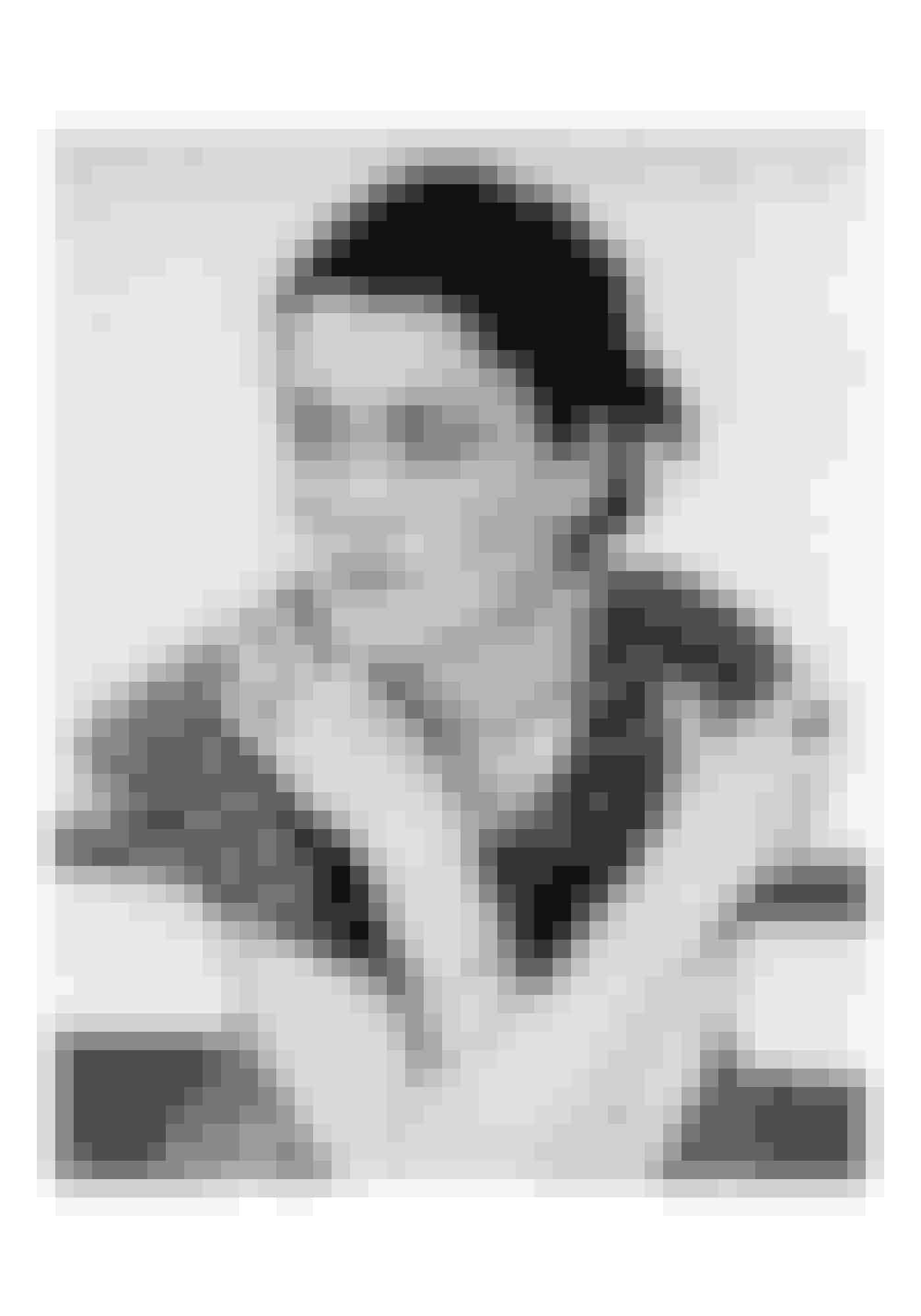 1913Mary P. Jacob, en ung kvinde fra New York, skaber med hjælp fra sin franske stuepige en bh af to stykker stof, som hun binder fast med lyserød snor og bånd. Året efter tager hun patent på den 'rygløse brystholder'.