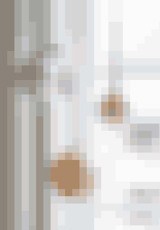 Glaskugler kan sagtens pynte andre steder end på juletræet. Hæng fx en mindre klase i matchende nuancer op i silkebånd i vinduet. Kuglerne er bl.a. købt i Beau Marché i København.