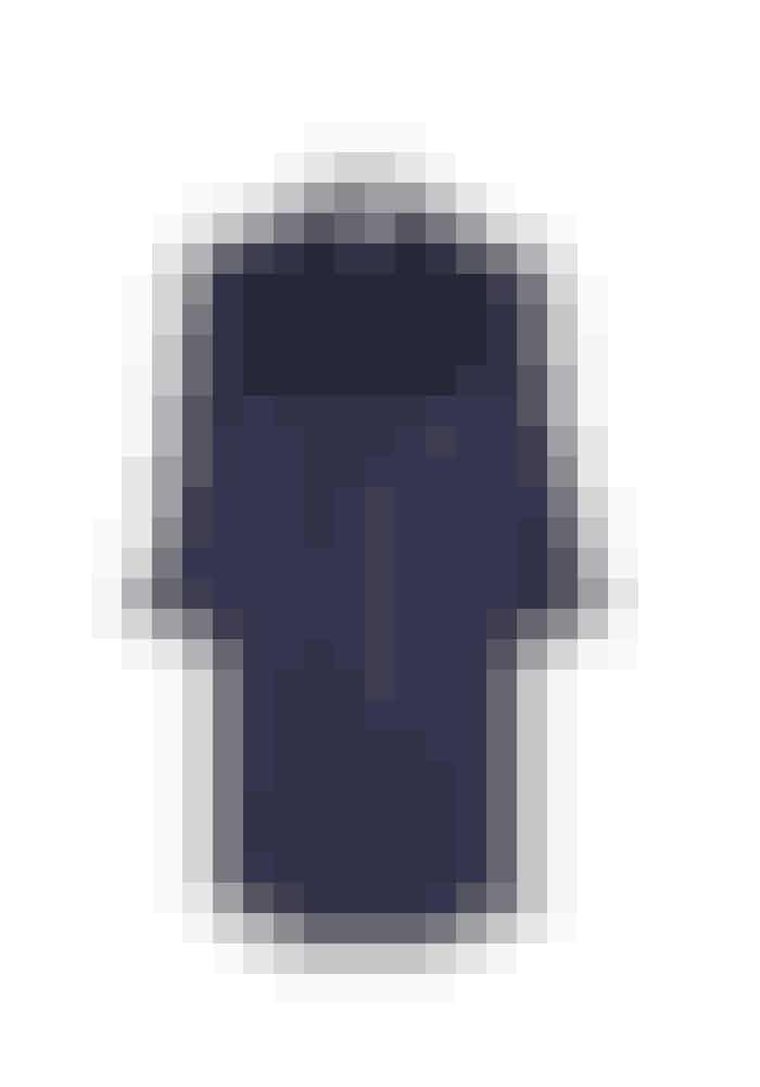 The Sophie, The Sophie Long Shirt, 1.499 kr. Fås online HERSilkeskjorten er the key item i dette look. Denne elegante midnatsblå farve er et godt valg til et lækkert arbejdssæt.