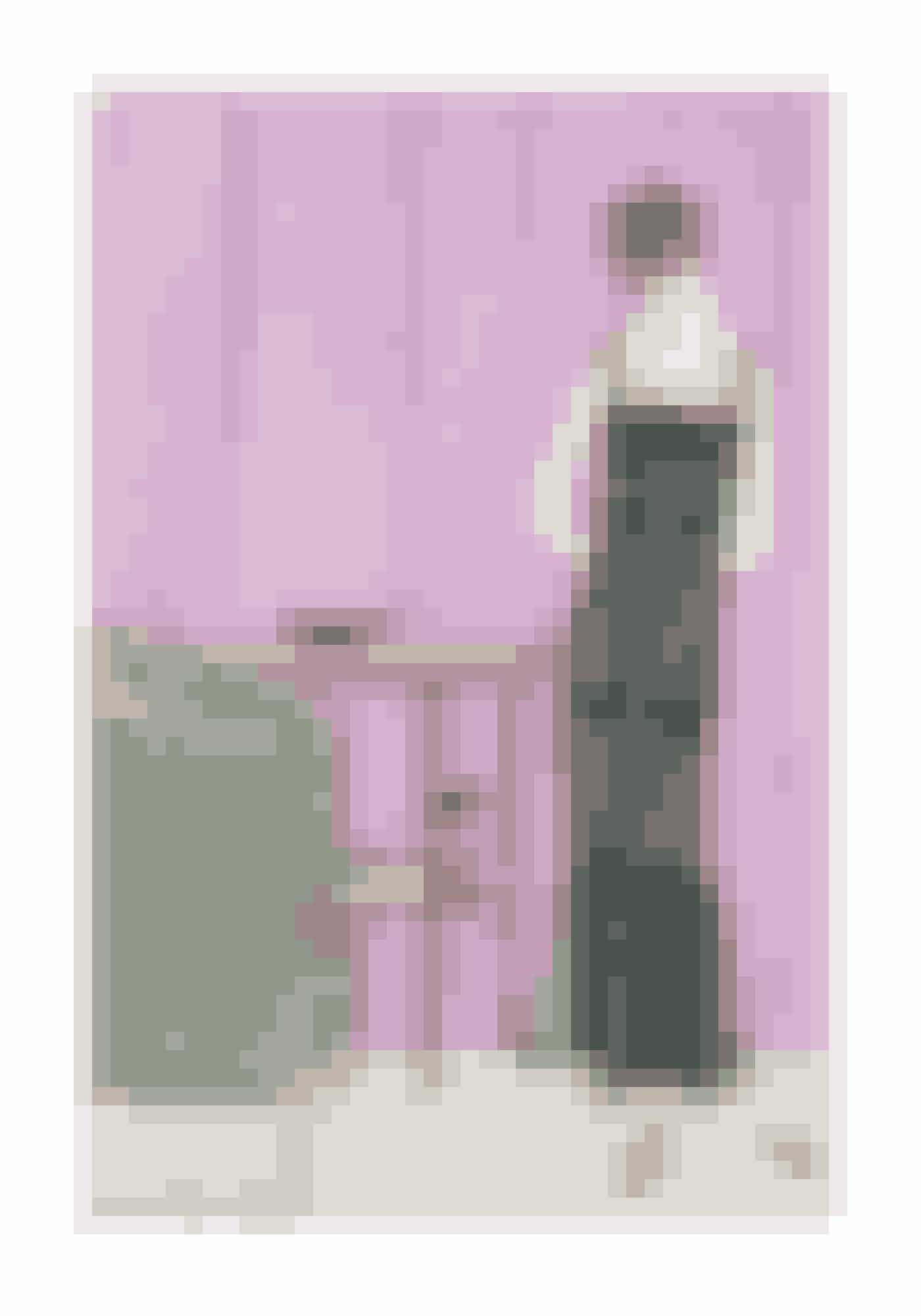 1920'erne'Drengepigen' også kendt som 'la garçonne' bruger tynde silke- og bomulds-bh'er, der gør brysterne flade som en bandage, ligesom taljen ikke bliver fremhævet, for at leve op til den drengede kropsform. Fra slutningen af 1930'erne bliver brysterne igen fremhævet, og bh'en bliver udstyret med to skåle, der i 1940 får selskab af bøjler.