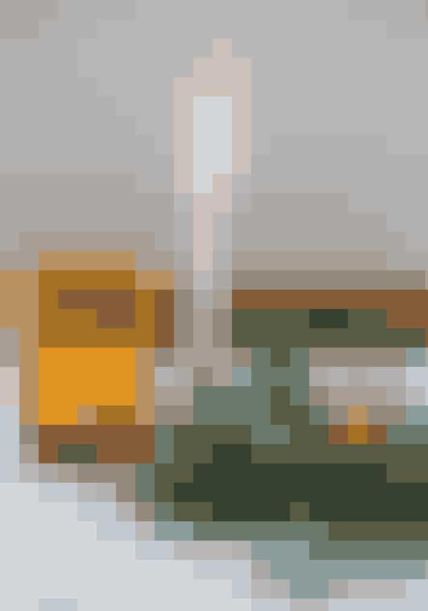 Mix nålekviste med bladkviste, hvis du vil give en enkel, grøn dekoration lidt ekstra spil.