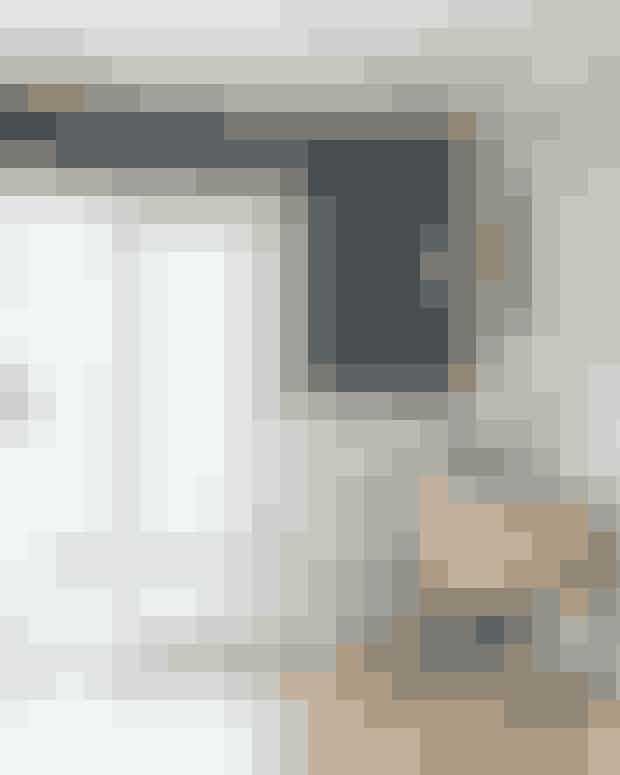 En skænk kan både fungere som bogreol, barbord og udstilling og er praktisk i stuens hjørner. Med en enkelt tapetseret væg giver du desuden stemning til hjørnet. Skænken er fra Gejst, tapetet fra By Lassen, lampen fra Nuura og vægudsmykningen fra Wulff Winding.