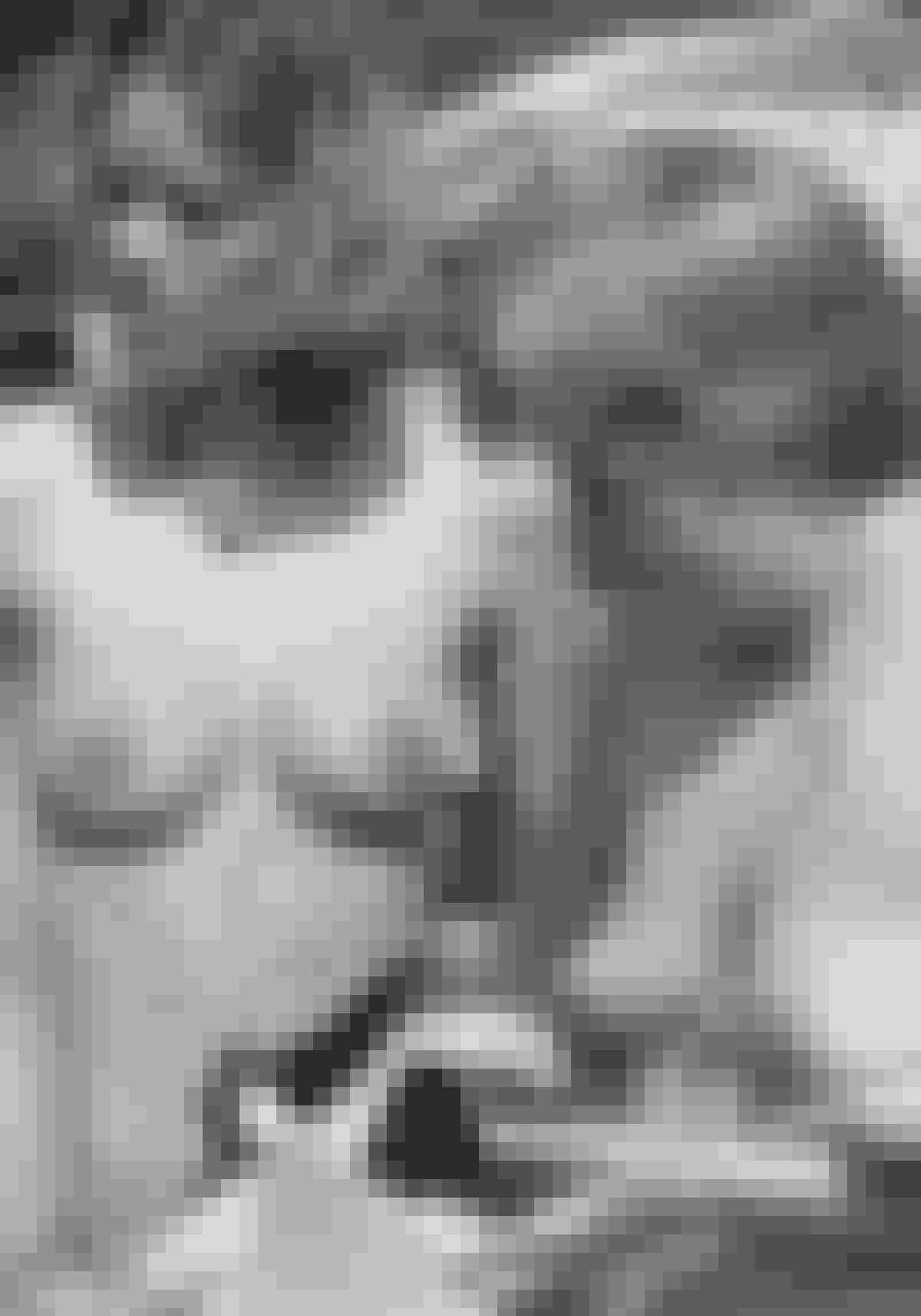 1968Bh'en bliver symbol på mandens undertrykkelse af kvinden, hvilket de amerikanske feminister, The Redstockings, demonstrerer i 1968, da de smider deres bh'er i affaldssække foran en skønhedskonkurrence i Atlantic City. Herhjemme vifter rødstrømperne tre år efter med deres bh'er og kræver billigere busbilletter for at gøre opmærksom på behovet for ligestilling og ligeløn med mænd.