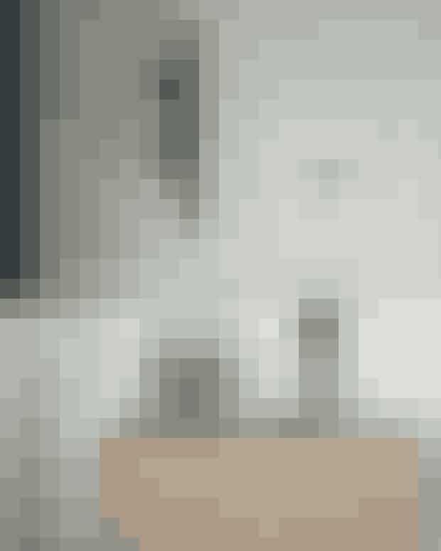 Hvis dit nips har samme farve, kan du sagtens blande forskellige stilarter og rejseminder i et enkelt stilleben. Skænken er ligesom væksthuset i glas og den sorte lysestage fra Gejst. Vægkunsten er fra Wulf Winding, og figuren i træ er fra 101 Copenhagen.