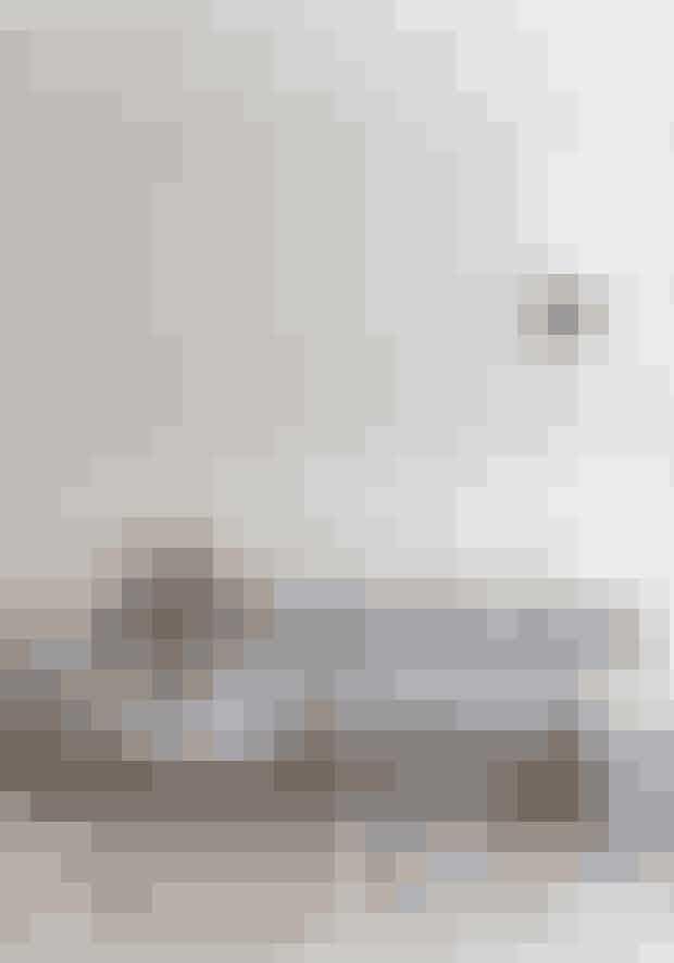 Skab herskabelig stemning med høje paneler, der kan laves af en tømrer. Panelerne får lov til at være det dominerende element i stuen, fordi møblementet er holdt helt enkelt med en modulsofa fra Normann Copenhagen, væglampe designet af Serge Mouille, planteholder i messing fra Bloomingville og to sofaborde med marmorplader fra IDEmøbler.