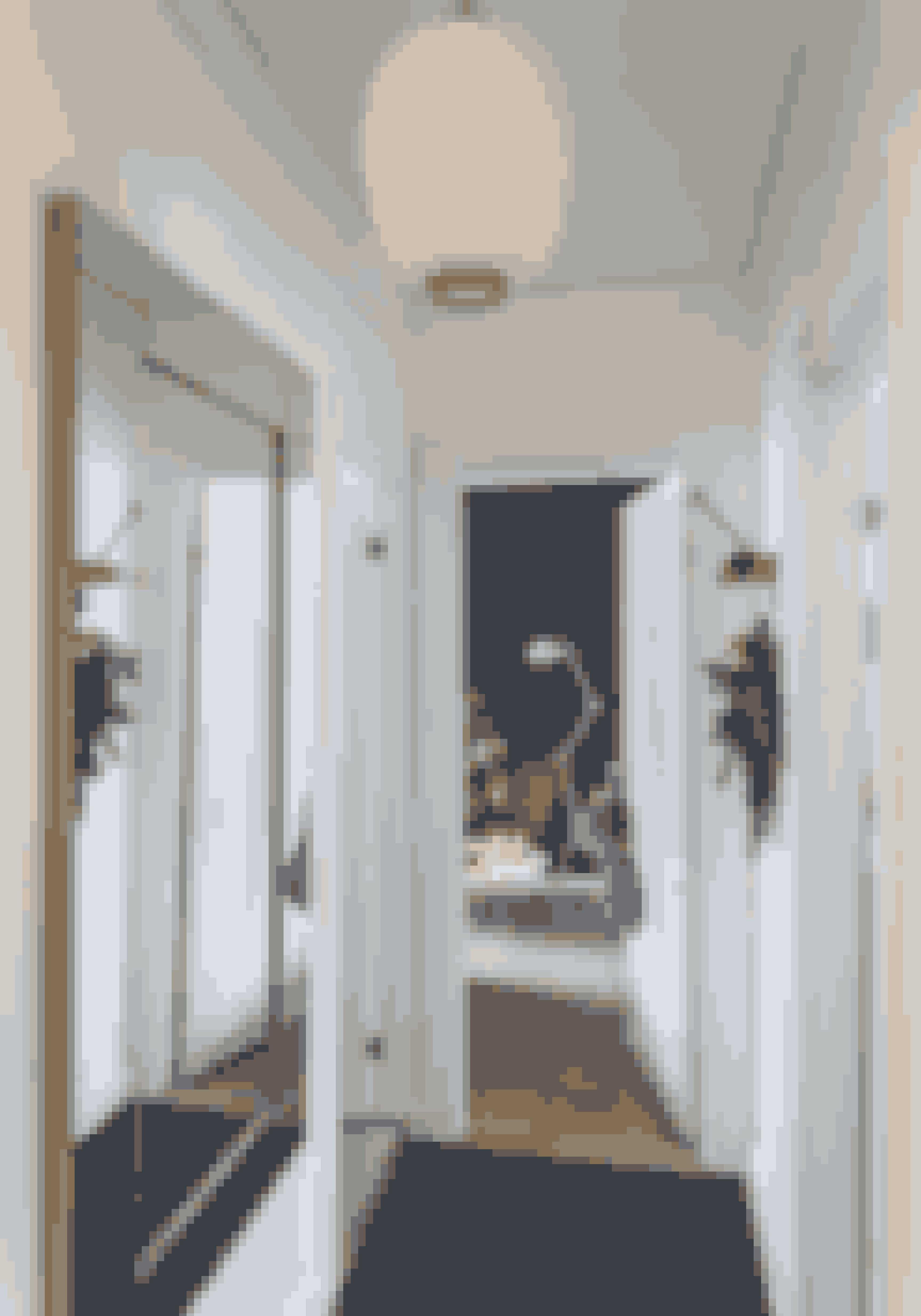 Brug knagerækken og dørhåndtaget som dekorationsophæng. Det er julet uden at virke proppet. Knagerækken er fra Gubi, og loftlampen er en Radiohuspendel, der forhandles hos Louis Poulsen.