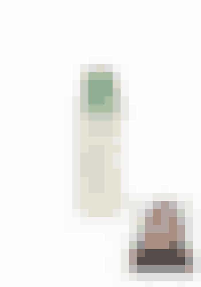 SKØN DUFT AF LAVENDELAveda Shampure Dry Shampoo, 60 ml, 218 kr.Fås online HERJeg er vild med flasken, fordi den har en god størrelse og en pæn grøn farve og ser lækker ud. Tørshampooen dufter dejligt af lavendel, og det føles på en måde naturligt og sundt. Denne tørshampoo skal presses ud af flasken ved håndkraft og ikke med aerosol, hvilket er bedre for miljøet og mine lunger. Det gør dog, at det kan være svært at dosere produktet i håret, og det derfor føles mere som et hårpudder end en tørshampoo. Ikke noget, der generer mig. Desværre sætter pudderet sig fast i lukkemekanismen, og det er irriterende og besværligt. Håret bliver lidt mere stift, men det er kun godt, når man som mig har fint hår. Jeg får en ren følelse både i hår og hovedbund, og mit hår er faktisk nemmere at sætte, hvorfor jeg også bruger den i rent hår. Håret får en lidt mat farve, men det gør mig ikke noget. Jeg kan, grundet duft og tekstur, springe indtil flere hårvaske over.5/6 stjerner.Testet af tidl. chefredaktørTrine Nygaard